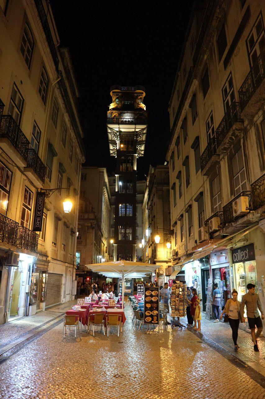 Elevador de Santa Justa. 45 Meter, sieben Stockwerke, ragt der Aufzug in der Rua de Santa Justa in die Höhe.