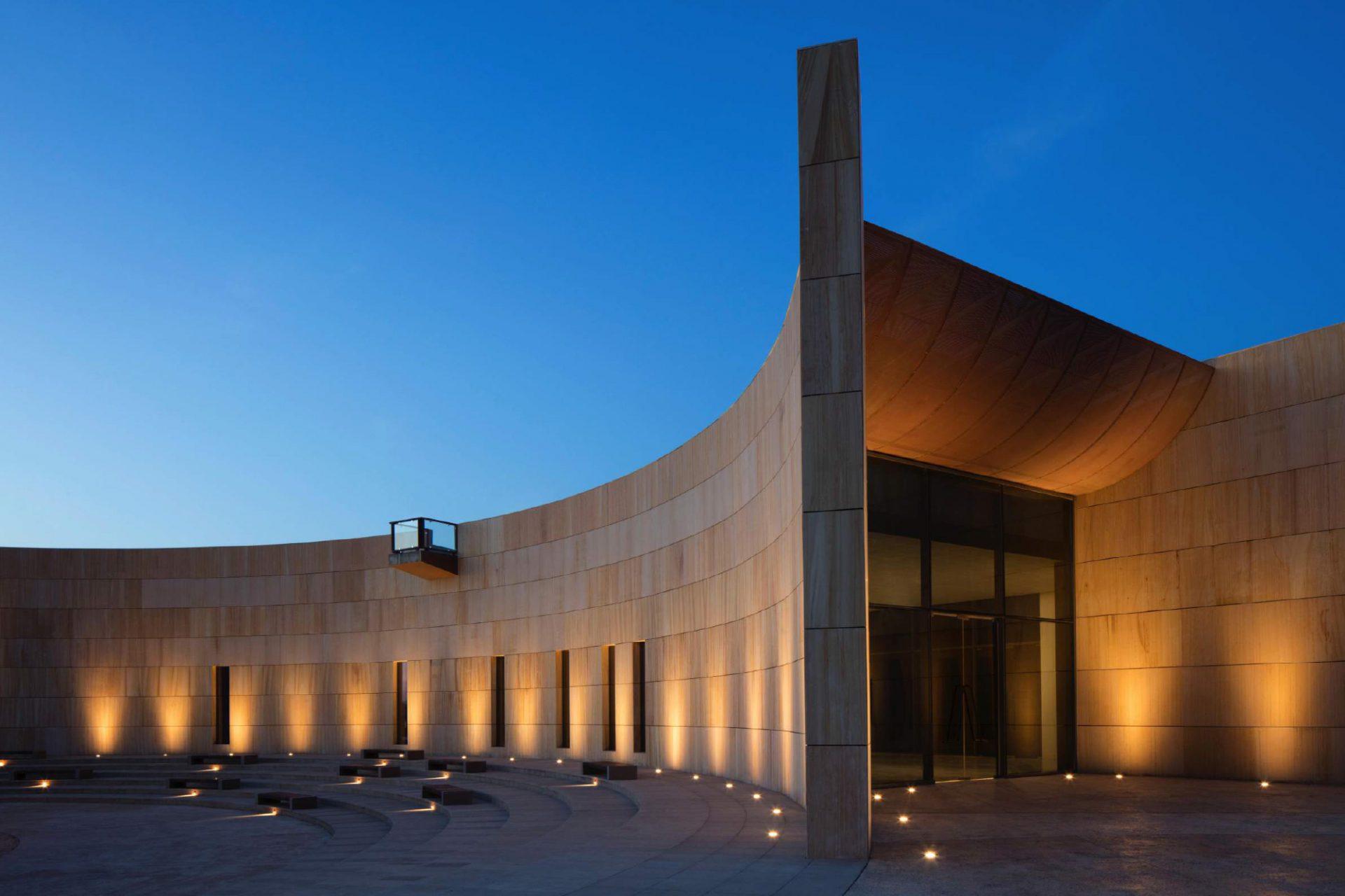 Mleiha Archaeological Centre. Das Archäologische Zentrum zur blauen Stunde.