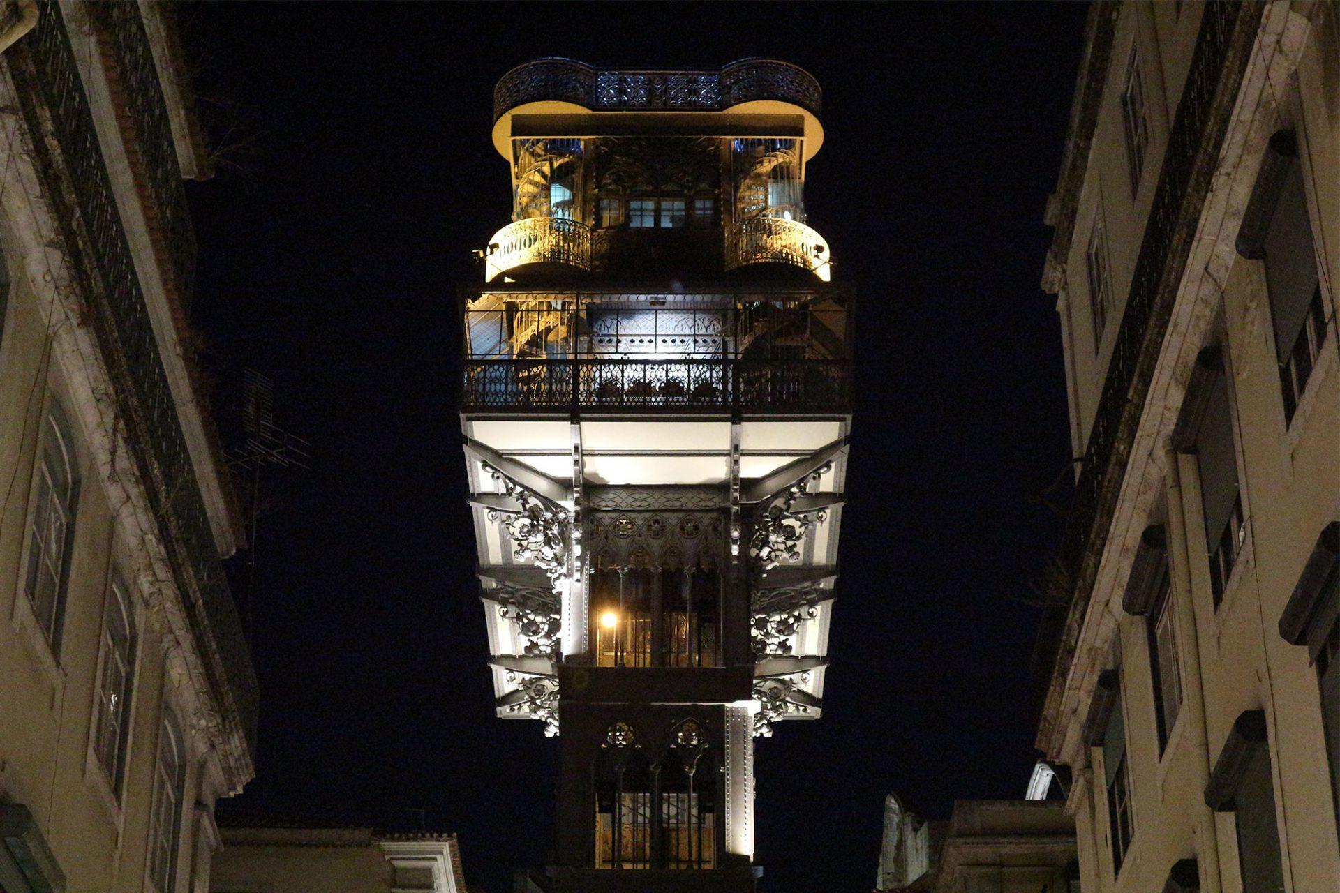 Elevador de Santa Justa.  Bei Nacht erstrahlt der Turm im überwirklichem Licht.