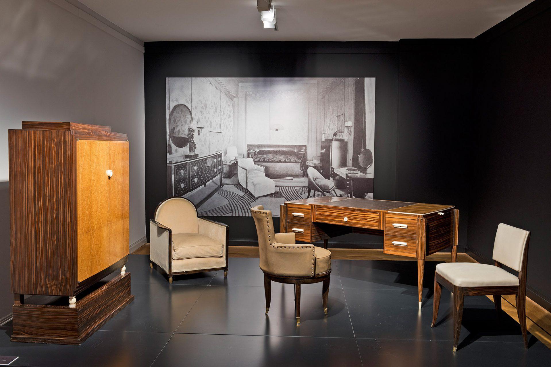 """Paris 1925.  Der französische Art déco hingegen war ein Luxusstil, der kostbare Materialien bevorzugte. Für die """"Exposition Internationale des Arts Décoratifs et Industriels Modernes"""" statteten Edgar Brandt (1880–1960) und Jacques-Émile Ruhlmann (1879–1933) einen eigenen Pavillon aus."""