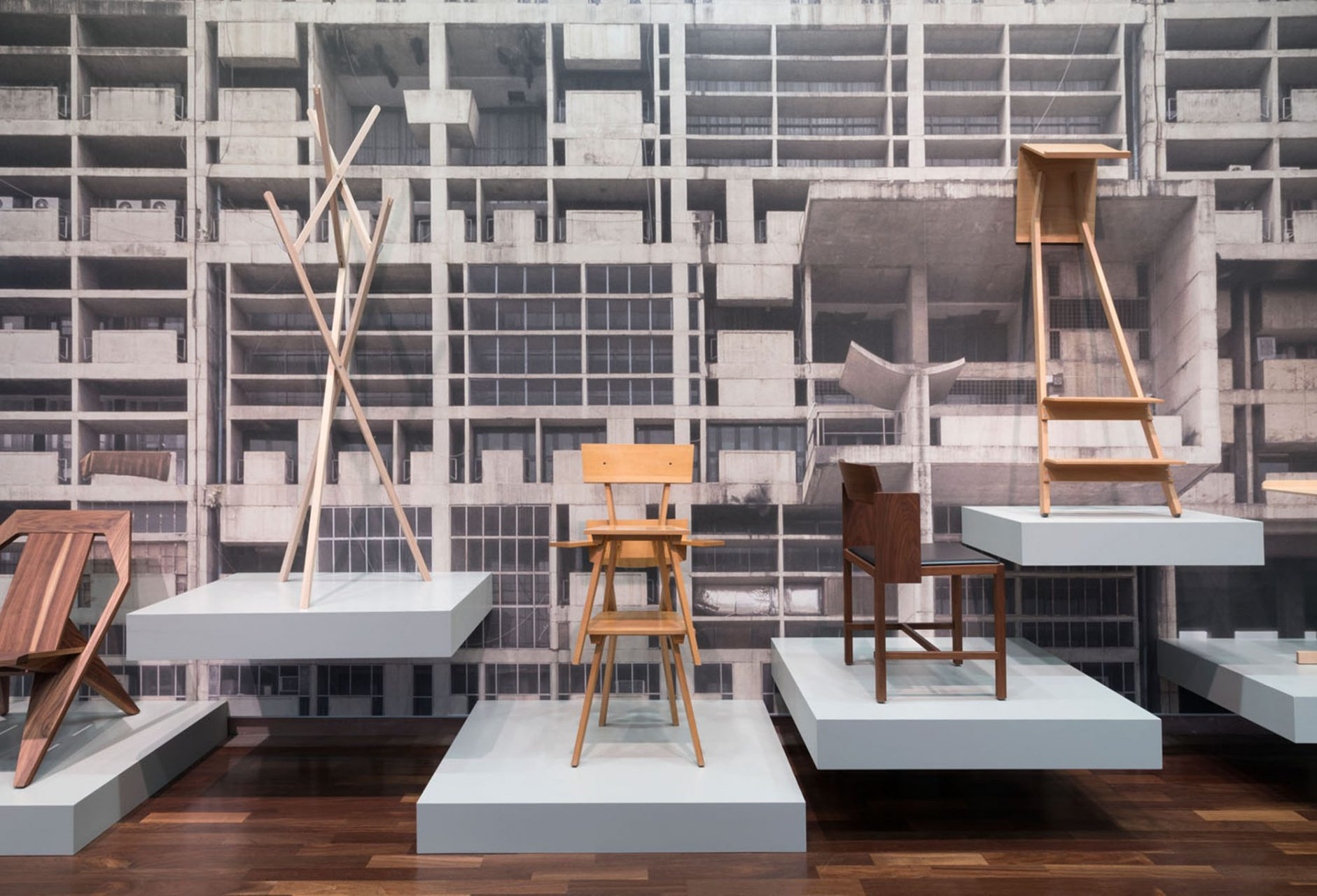 """""""Abbildungen"""".  Gerade ging die Schau des renommierten Industriedesigners Konstantin Gricic zu Ende. Seine Entwürfe, wie der chair_ONE von 2004 oder die Leuchte Mayday von 1999 zählen bereits jetzt zu Designklassikern."""