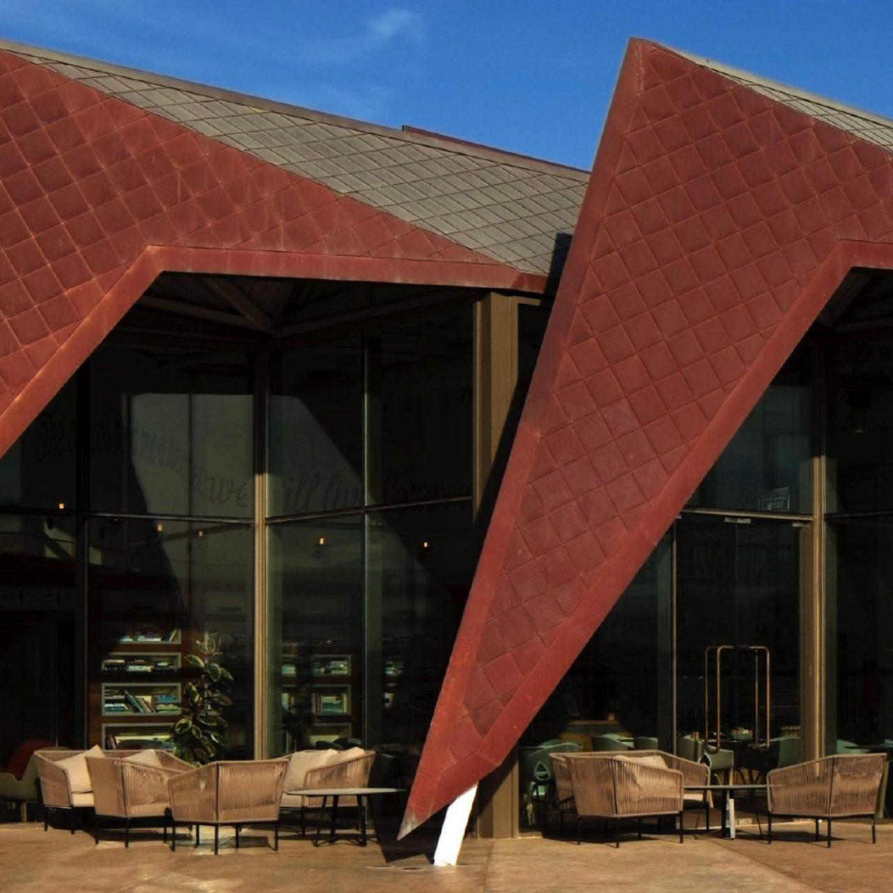 Mleiha Archaeological Centre. Die gezackten Formen sollen an eine Wüstenblume erinnern.
