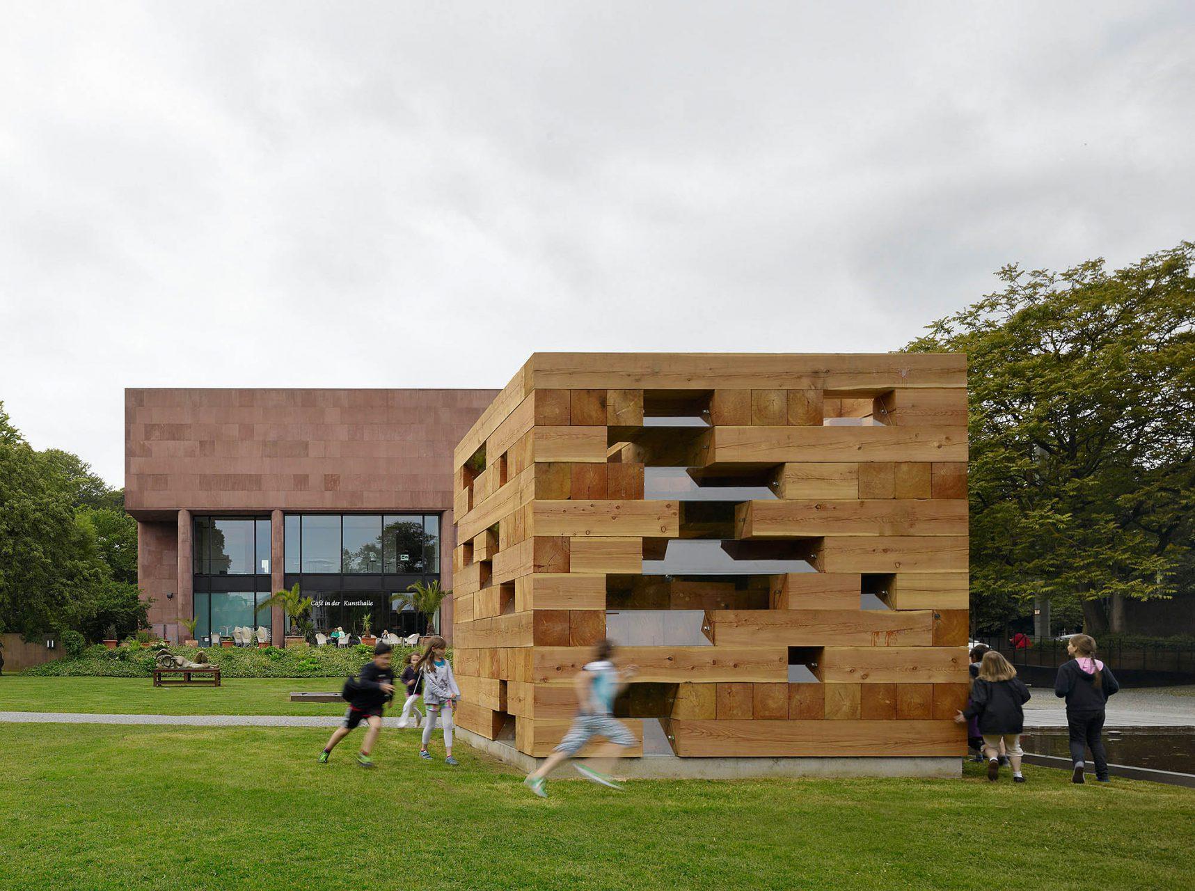 Der Skulpturengarten.  Erst 2008, zum 40. Geburtstag der Kunsthalle, wurde der Skulpturenpark nach den Originalplänen von Philip Johnson gestaltet. Die Außenskulpturen, u. a. von Olafur Eliasson, Sol LeWitt, Henry Moore, Thomas Schütte und Sou Fujimoto, werden nachts angestrahlt.