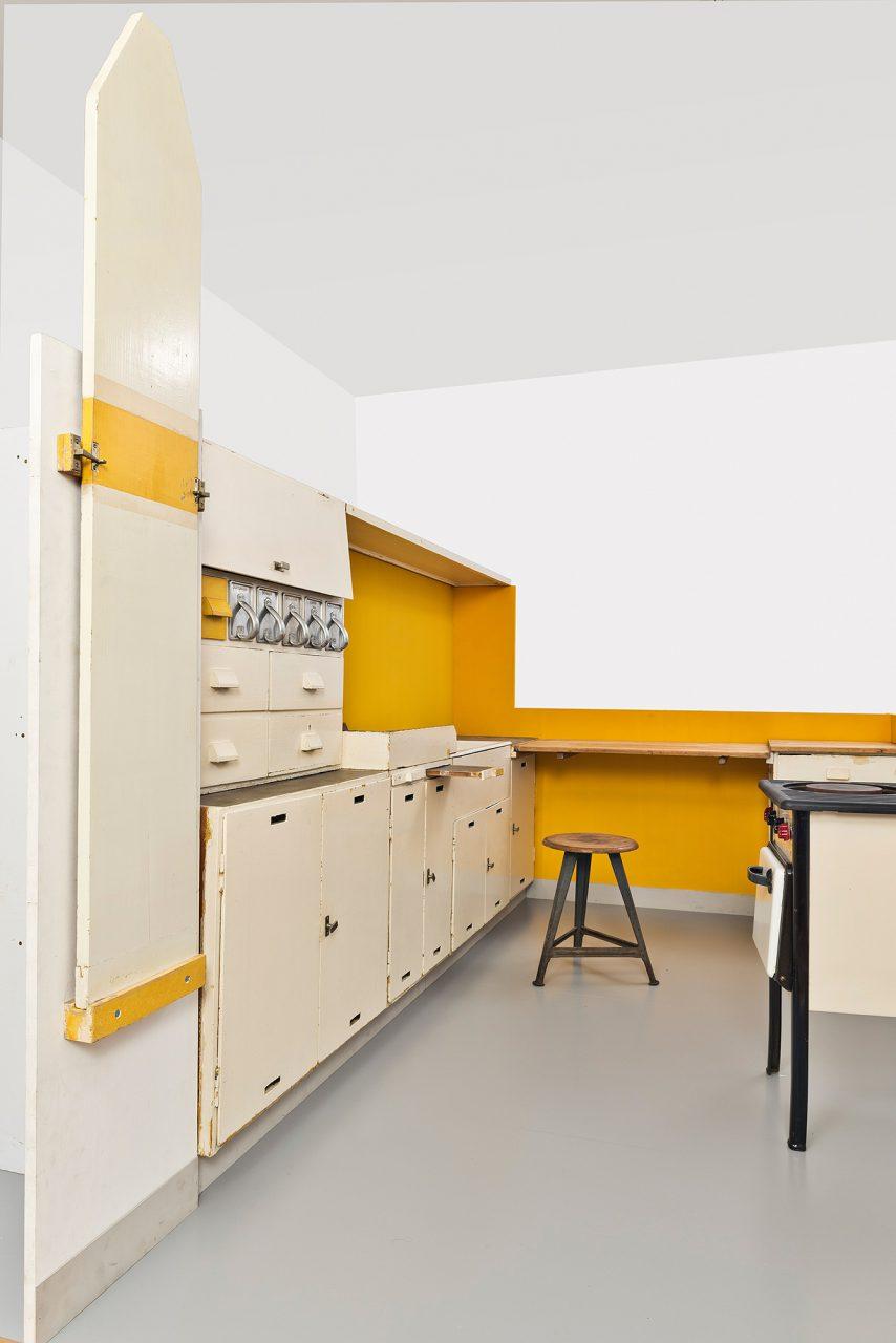 Frankfurter Küche.  Neben Ferdinand Kramer entwarf auch Margarete Schütte-Lihotzky preisgünstige und funktionale Möbel. Ihr bekanntestes Werk, die Frankfurter Küche, und ein Interview mit ihr sind in der Schau zu sehen.
