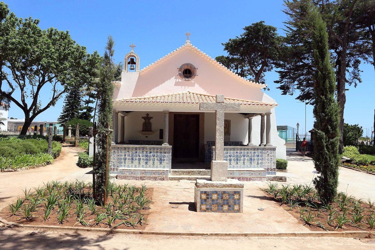 Fromm im Park. Der kleine Sakralraum der Capilla de San Sebastian.