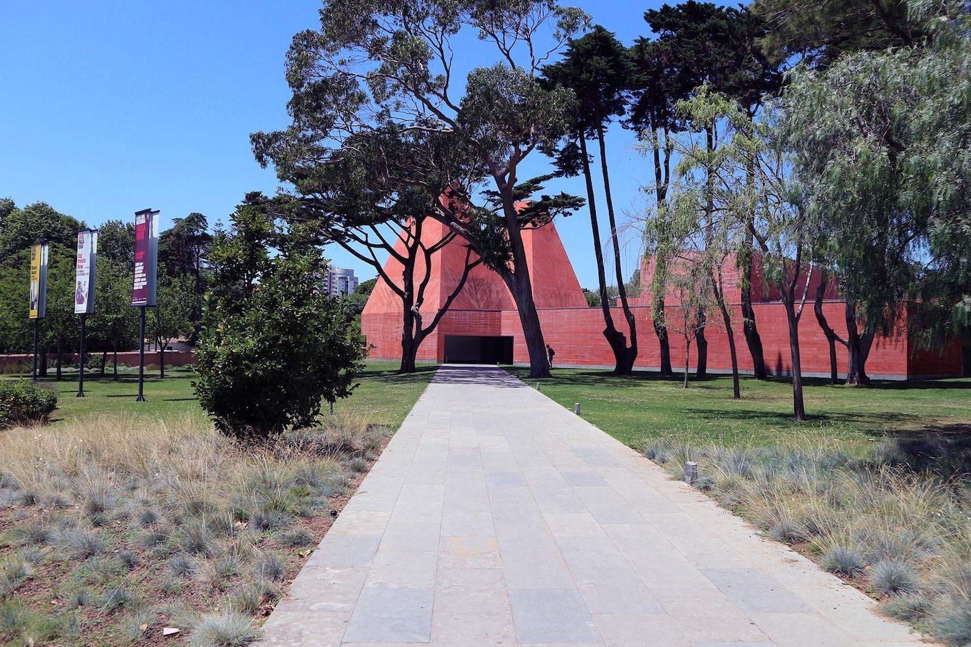 Casa das Histórias Paula Rego. Raul Lino-Häuser, Palácio Nacional de Sintra und das Zisterzienserkloster von Alcobaça nennt Moura als Inspirationsquellen für seinen Bau.