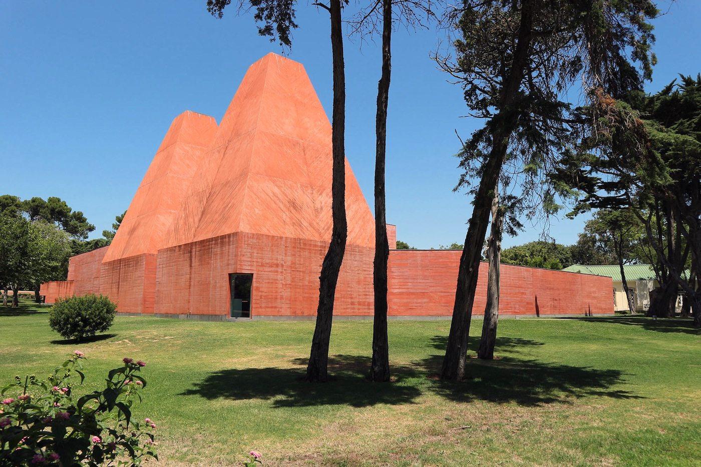 Casa das Histórias Paula Rego. Vier Gebäudeflügel in rotem Sichtbeton