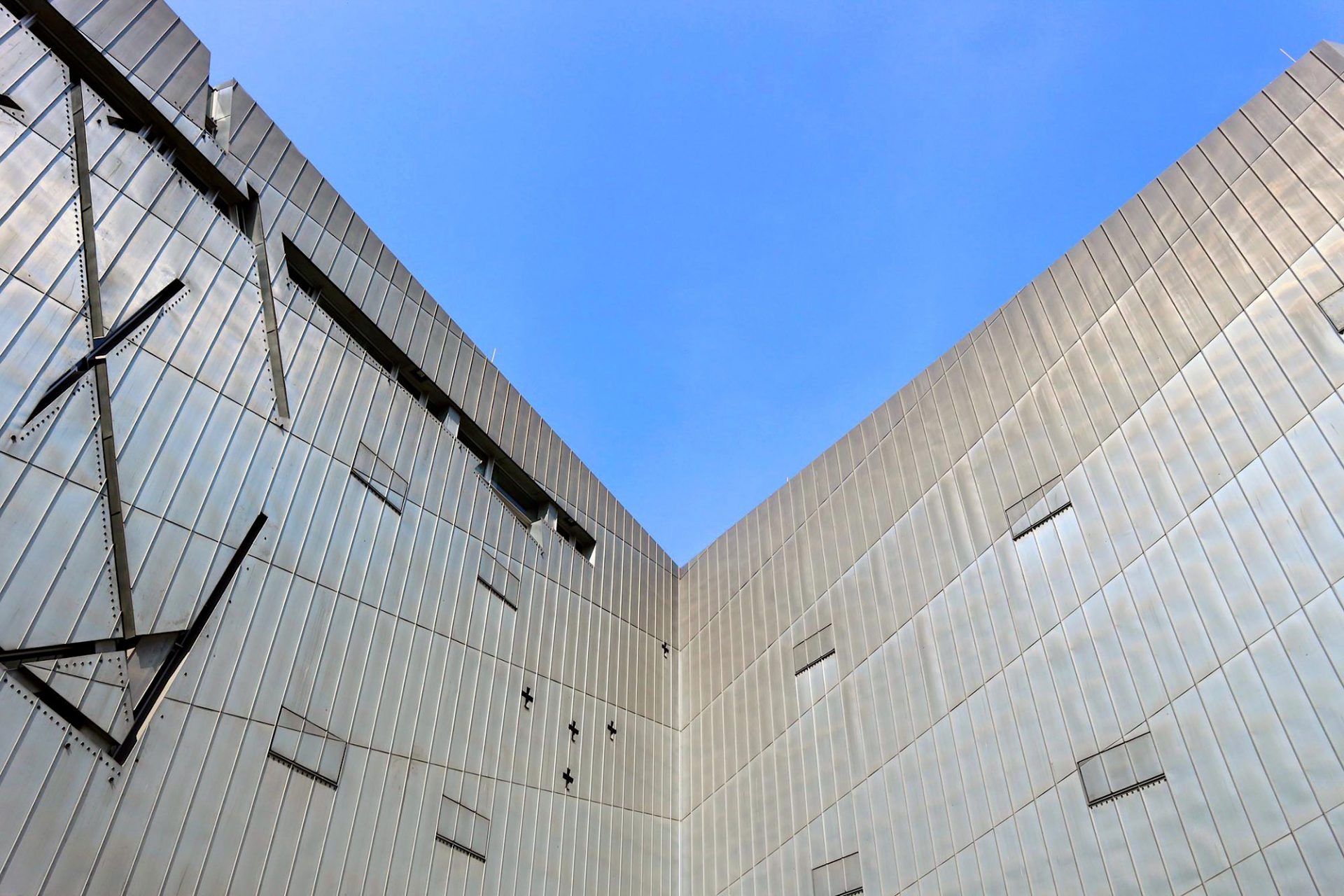 Zinkverkleidet. Die Fassade des Jüdischen Museums Berlin