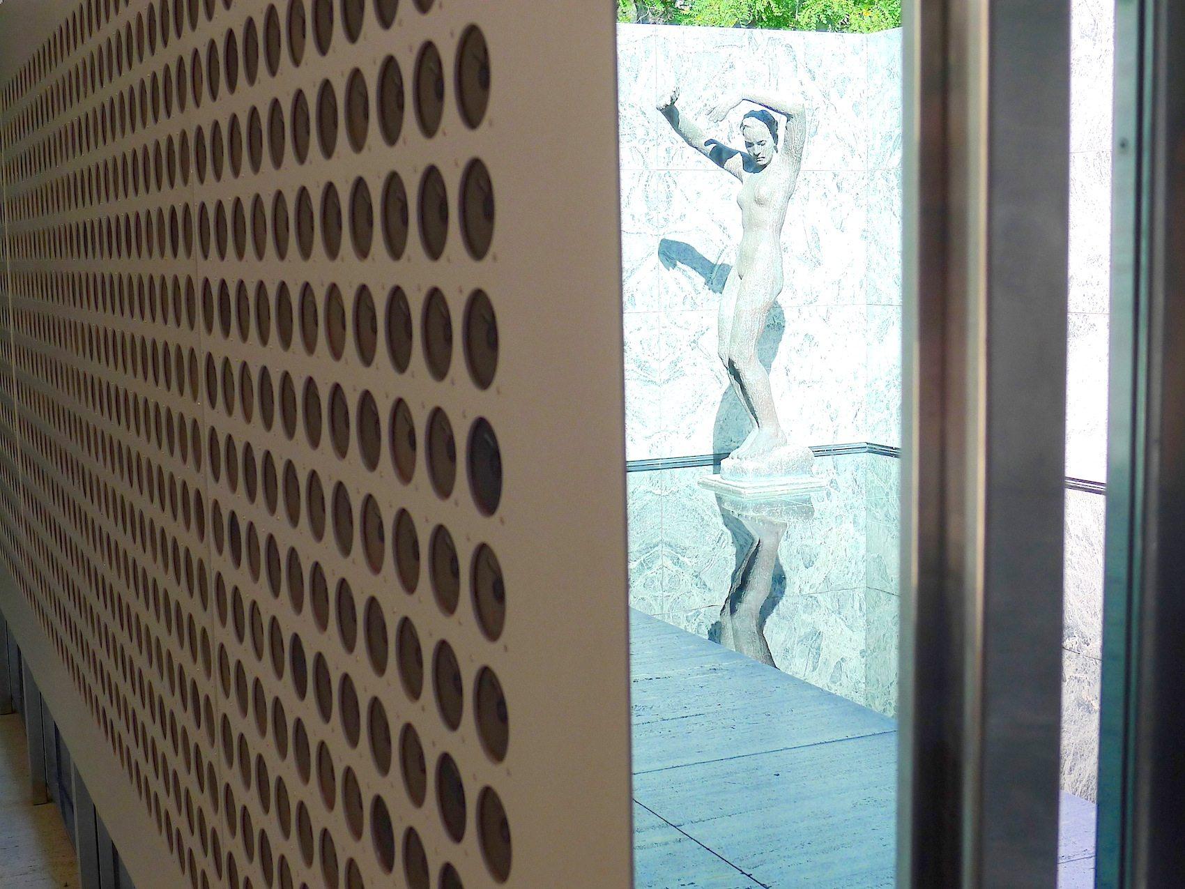"Klanginstallation ""Microtonal Wall"" im Pavillon."