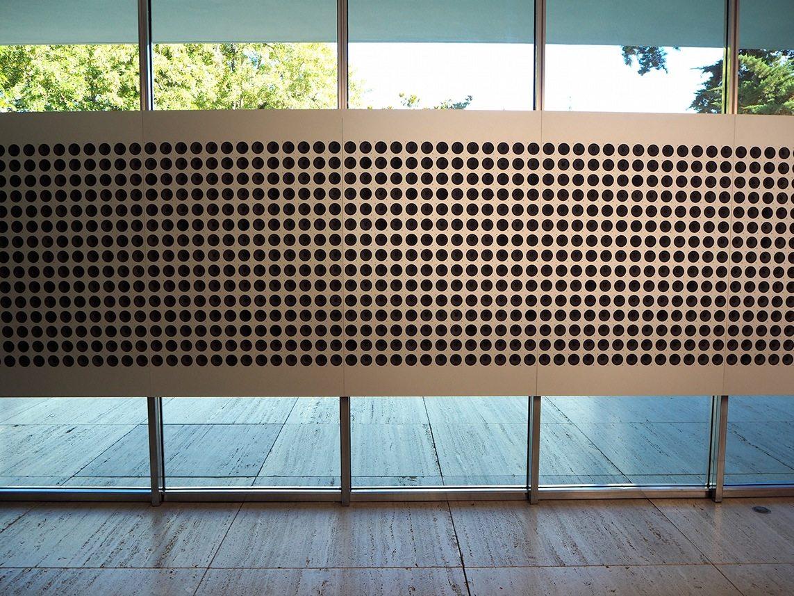 """Klanginstallation """"Microtonal Wall"""" im Pavillon. Von Tristan Perich. Jeder der 1500 Lautsprecher spielt eine eigene mikrotonale Frequenz. Die temporäre Wand ist im Juni 2016 installiert worden."""