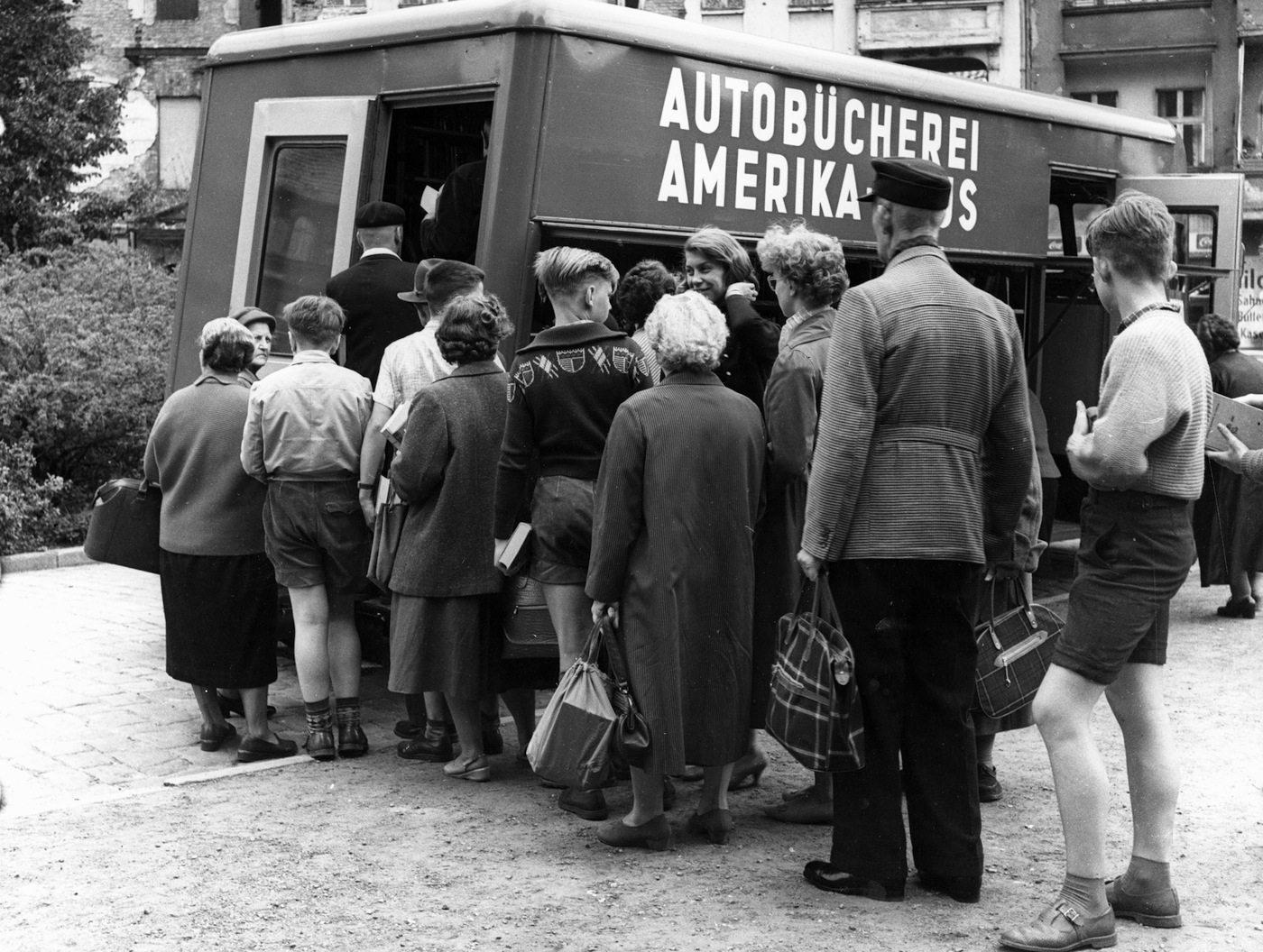 Amerika Haus, 1952. Bücherauto vor dem alten Amerika Haus