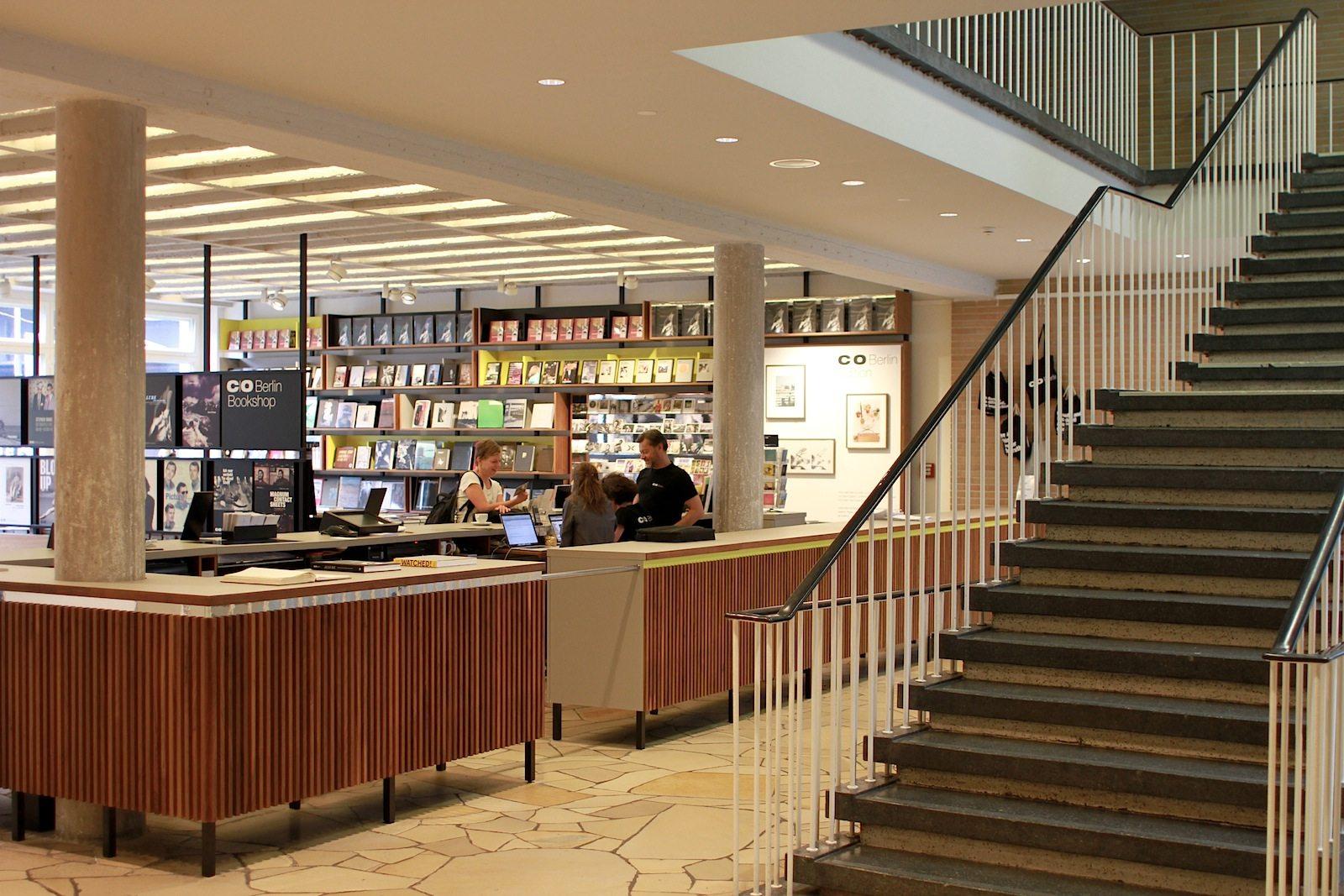 Foyer. Licht und freundlich. Der Naturstein im Foyer, Solnhofener Plattenkalk, ist wieder sichtbar.