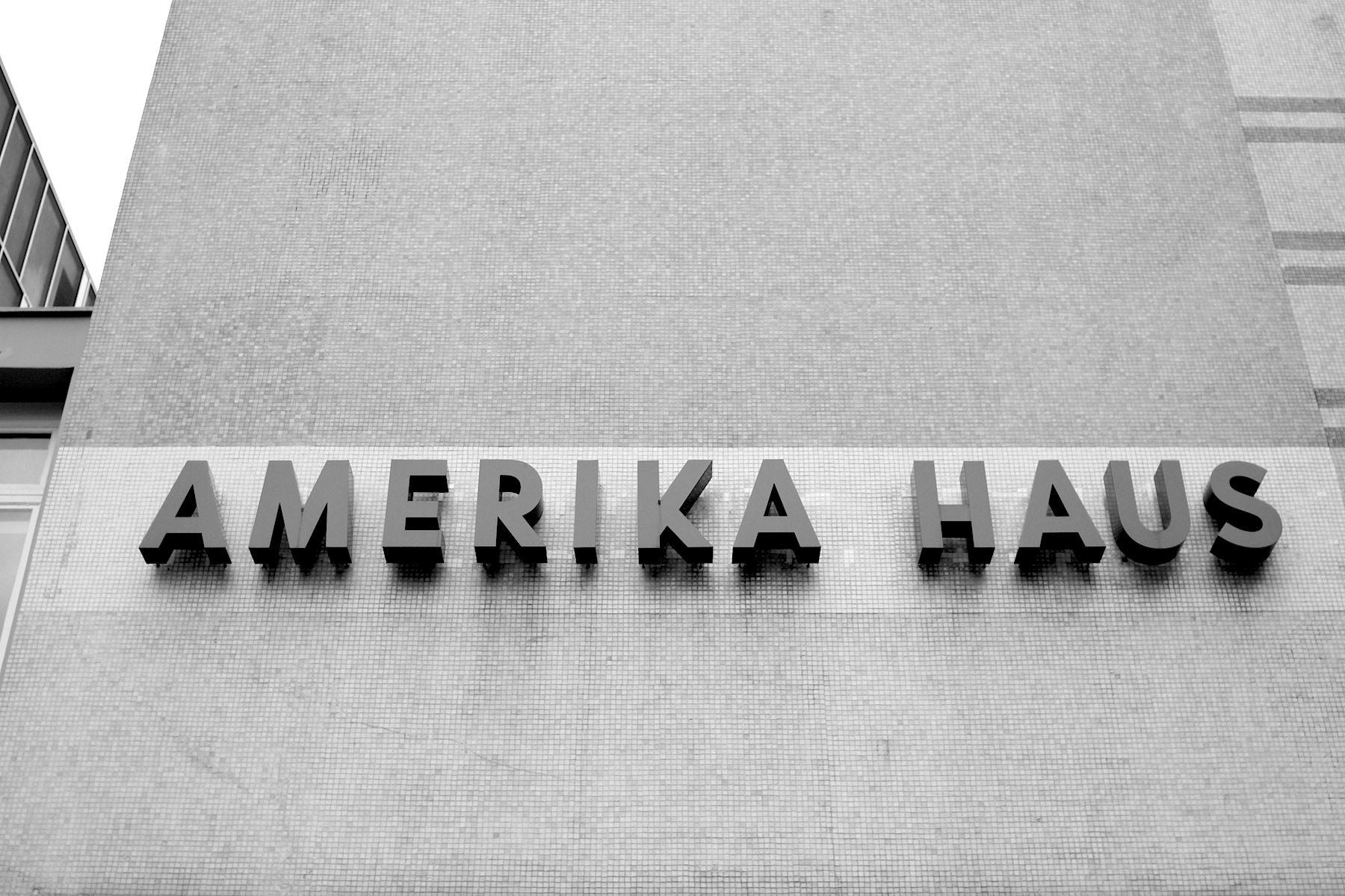 Abstrakt. Die Lösung des Architekten Bruno Grimmek für die große Fläche des Kubus: eine Abstraktion der amerikanischen Flagge als Mosaik mit den originalgetreu wiederhergestellten Lettern.
