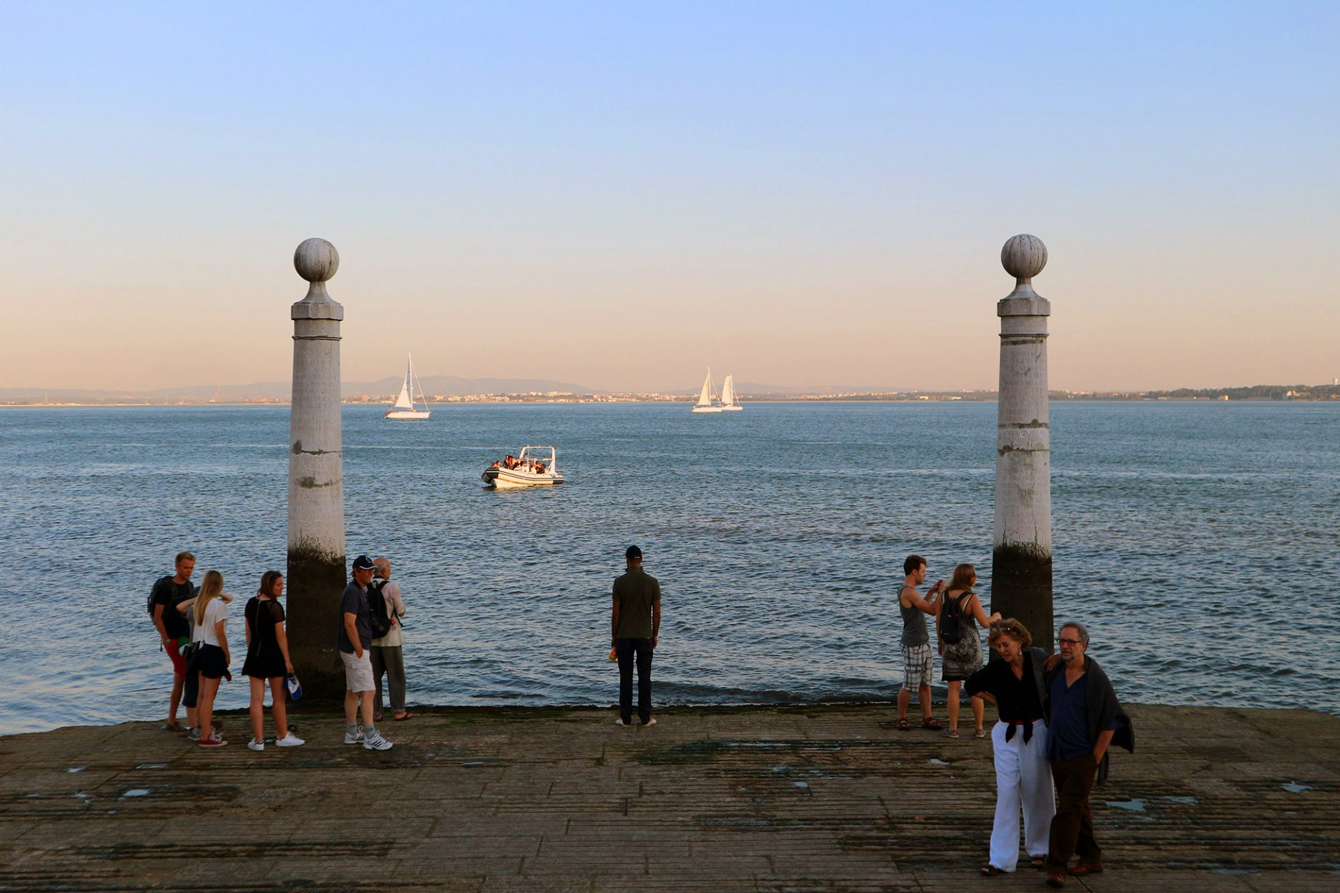 """Cais das Colunas.  Am """"Kai der Säulen"""" gleitet der Praça do Comércio in den Tejo. Hier spürt man die Ferne. Hier beginnt die Sehnsucht nach Meer."""