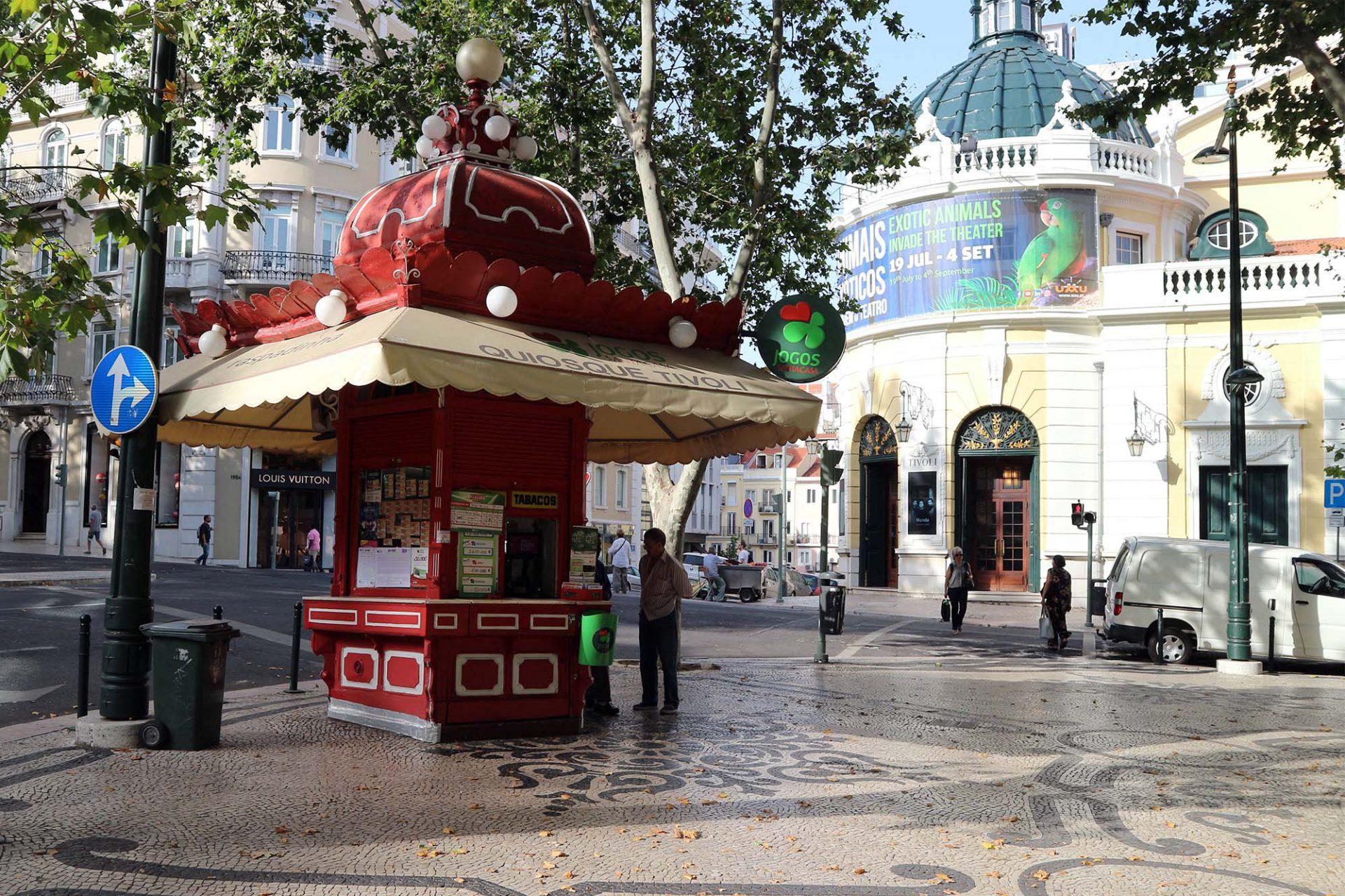 Tivoli Kiosk.  Der knallrote Kiosk wurde 1925 gegenüber des Teatro Tivolis in der Avenida da Liberdade errichtet.