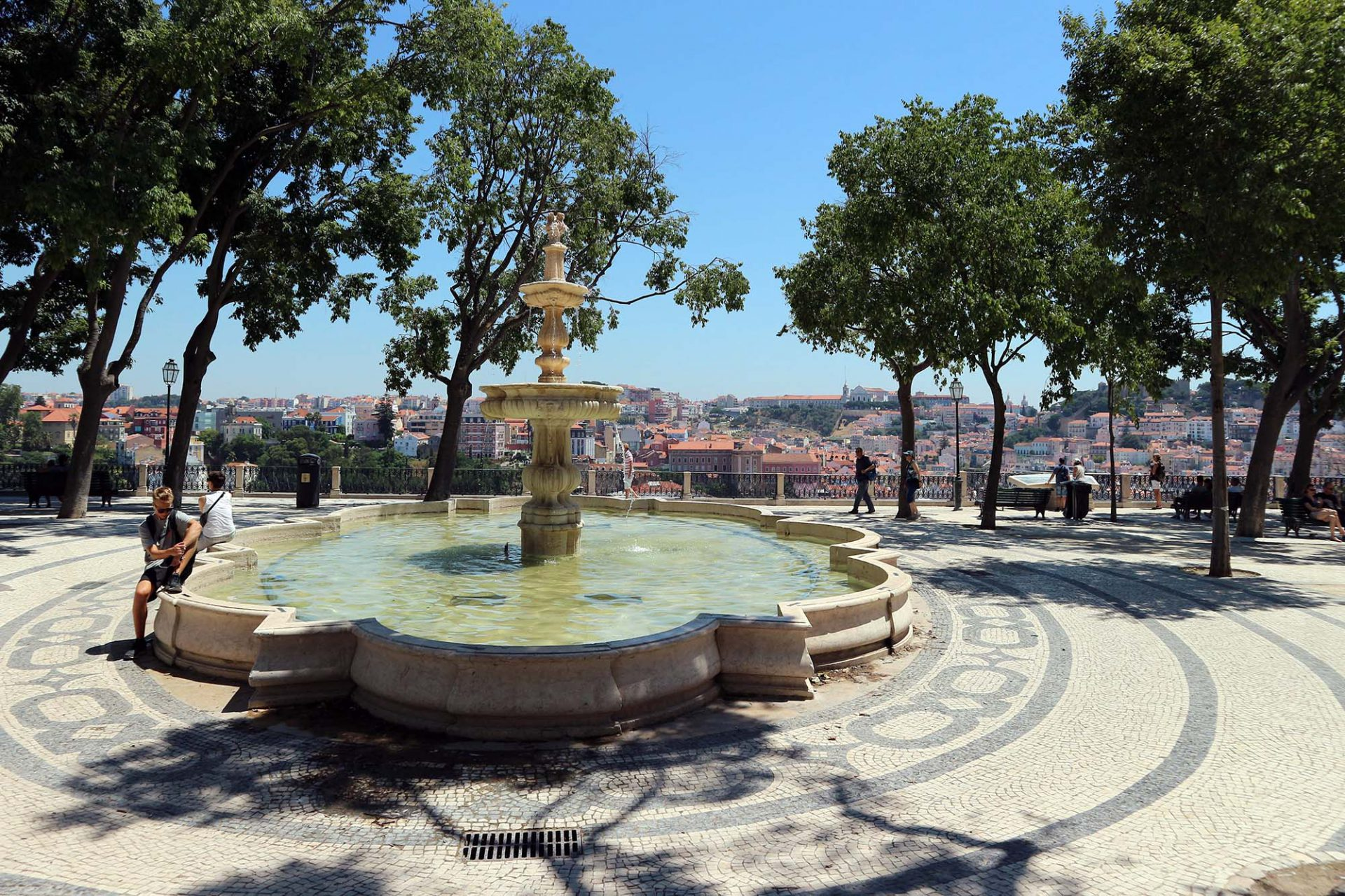 Miradouro de São Pedro de Alcântara.  Der terrassierte Aussichtspunkt am Ende der Route des Elevador da Glória erstreckt sich über zwei Ebenen. Auf der oberen steht neben einiger Bäume und einem Springbrunnen das Denkmal des Zeitungsgründers Eduardo Coelho. Er wird begleitet von einem bronzenen Ardina, dem typischen Lissabonner Zeitungsjungen des 19. Jahrhunderts.