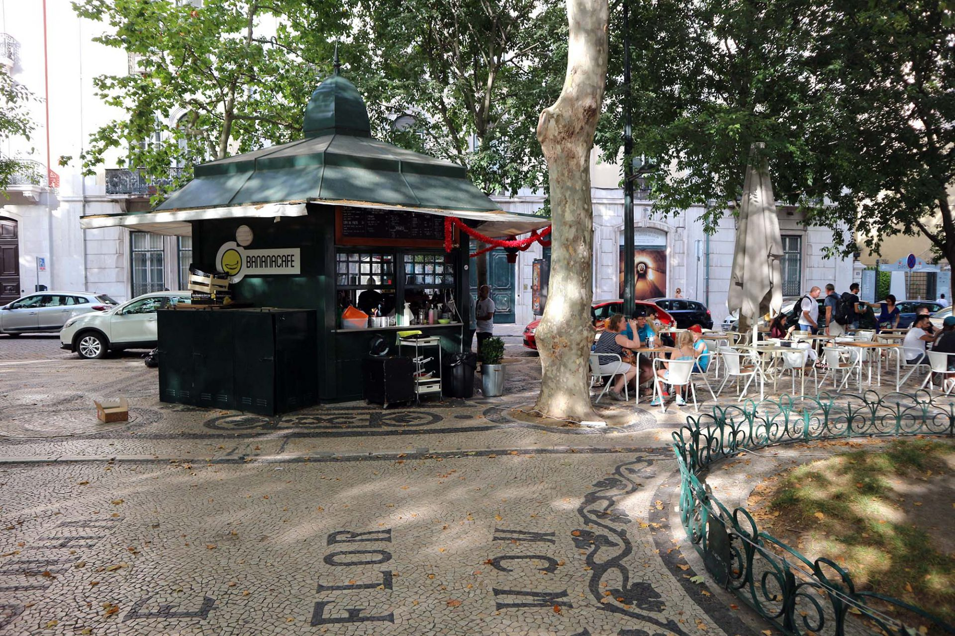 Avenida da Liberdade. Viele der neu aufgestellten Pavillons auf der Prachtstraße werden von Banana Café betrieben.