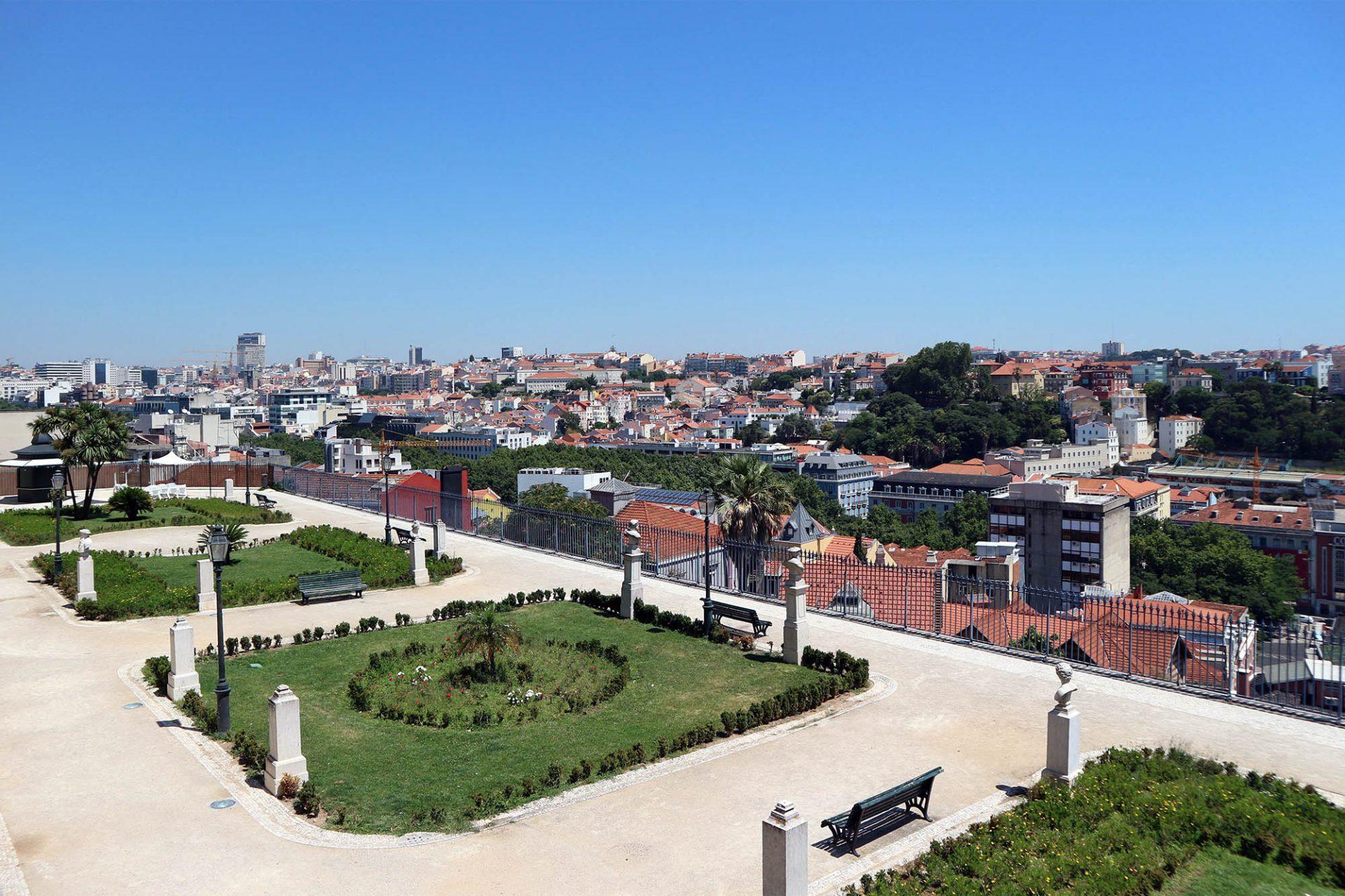 Miradouro de São Pedro de Alcântara. Benannt wurde dieser schöne Ort nach dem spanischen Mystiker, Bußprediger und franziskanischen Ordensreformator Petrus von Alcantara (Elevador da Glória).