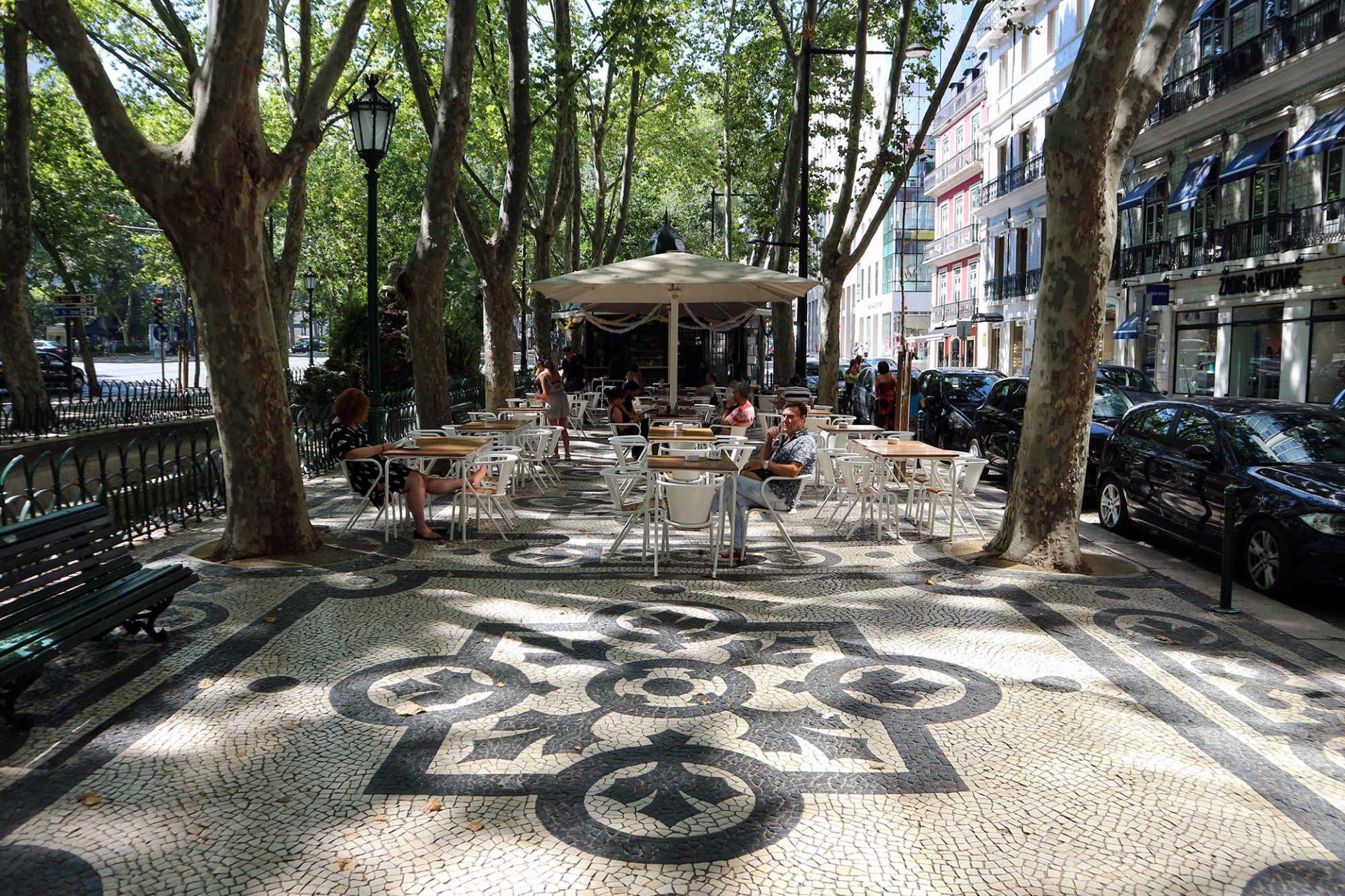 Avenida da Liberdade.  Sie sind von morgens bis in den späten Abend geöffnet.