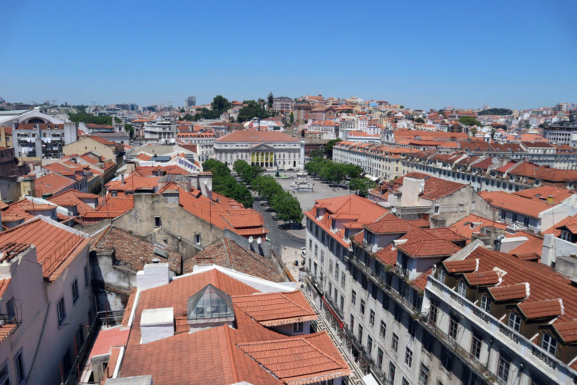 Miradouro Elevador de Santa Justa.  Auch von dem eisernen Wahrzeichen der Stadt ist der Blick atemberaubend. Er fällt auf die Silhouette des alten Lissabon mit dem Rossio ...