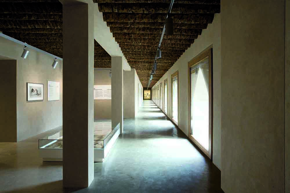 "Jahili Fort Al Ain, Abu Dhabi. Ausgezeichnet mit dem Terra Award: 1st International Prize for Contemporary Earthen Architectures. Preisträger der Kategorie: ""Interior Layout & Design"" – The International Architecture Awards – The Chicago Athenaeum (Preisträger)"