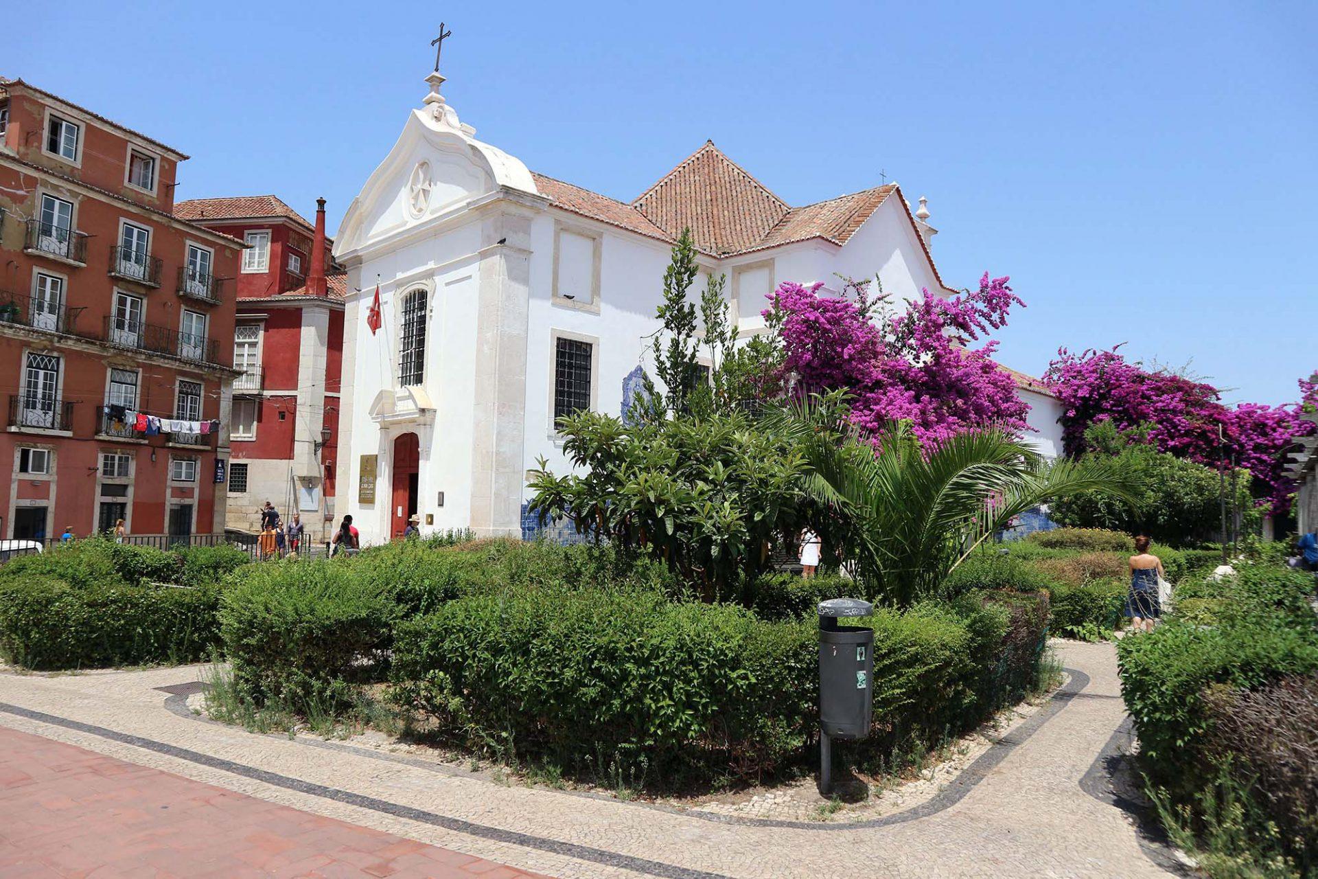 Miradouro de Santa Luzia.  Ein weiterer, besonders schöner Ausblick befindet sich an der kleinen maltesischen Kirche Santa Luzia. An ihren äußeren Wänden hängt blau-weiße Kachelkunst. Sie zeigt Lissabon vor dem großen Beben und die Legende von Martim Moniz, einem portugiesischem Adelsritter.