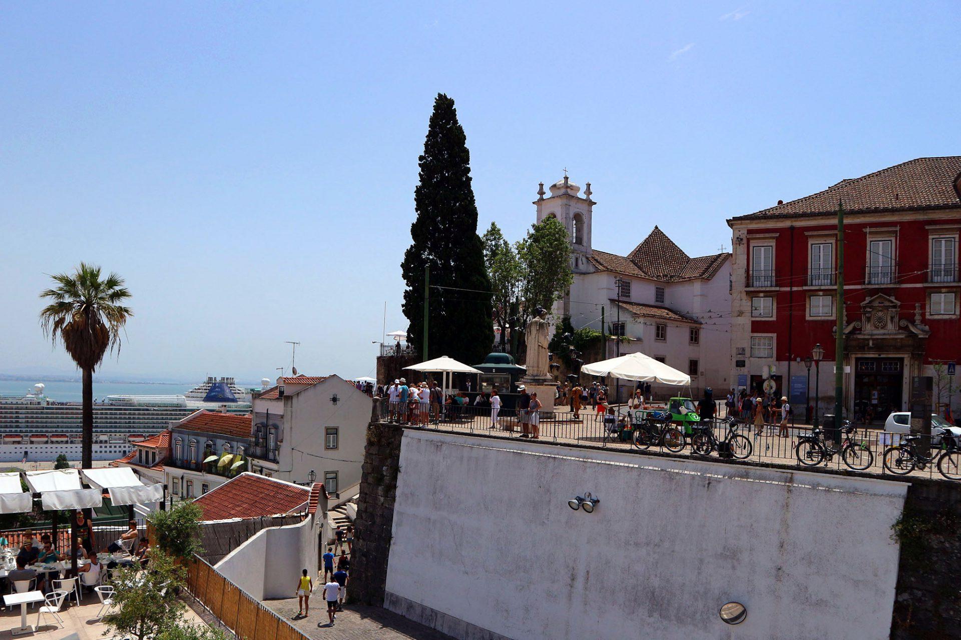 """Portas Do Sol.  Die """"Türen der Sonne"""" liegen nur wenige Schritte hinter der kleine Kirche Santa Luzia vor dem Kunstgewerbemuseum, der Ricardo Espirito Santo Foundation Collection."""