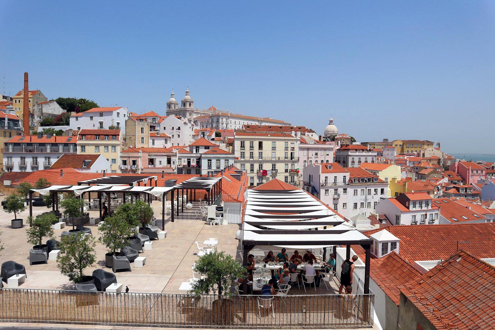 Portas Do Sol.  Die portugiesischen Architekten Aires Mateus planten 2005 eine ganz besondere Aussichtsplattform. Unter der städtischen Terrasse befindet sich ein Parkhaus. Zugleich wurden die Wegebeziehungen im Stadtteil neu definiert.