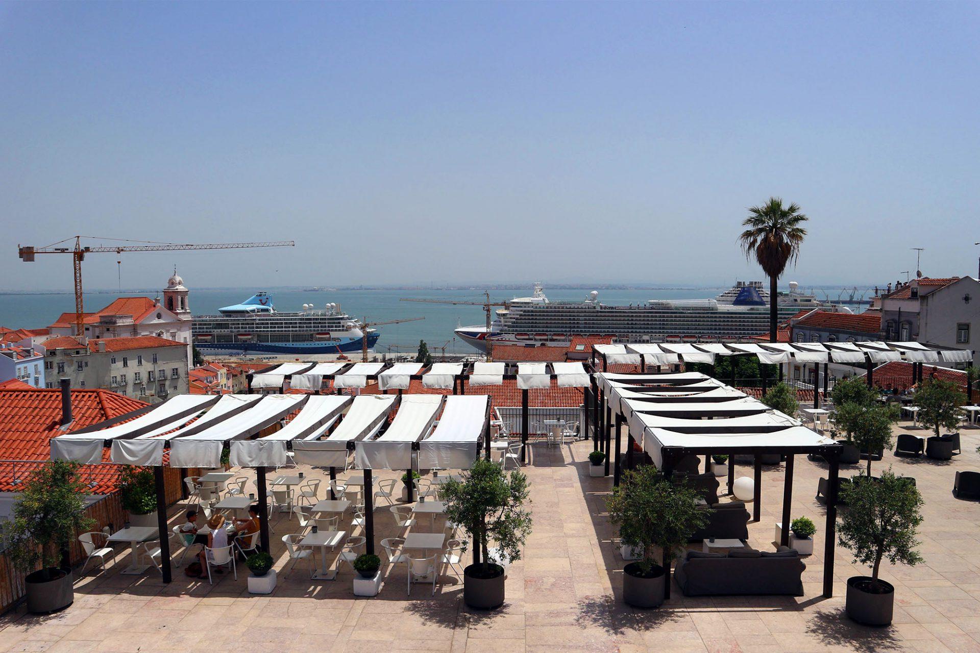 Portas Do Sol.  Die Aussicht reicht vom historischen Stadtteil Alfama, über den Tejo bis zur anderen Seite des Flusses (Eléctrico 12, 28 Miradouro de Santa Luzia).
