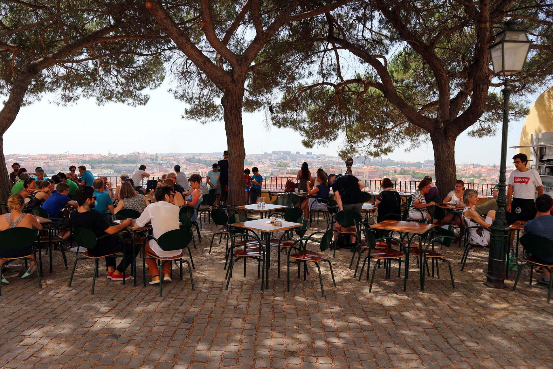 Miradouro da Graça.  Schlicht und mit grandioser Sicht. Alter Baumbestand, einige Tische und Stühle und ein kleiner Kiosk stehen vor dem ehemaligen Augustinerkloster aus dem 13. Jahrhundert (Eléctrico 28 Largo da Graça).