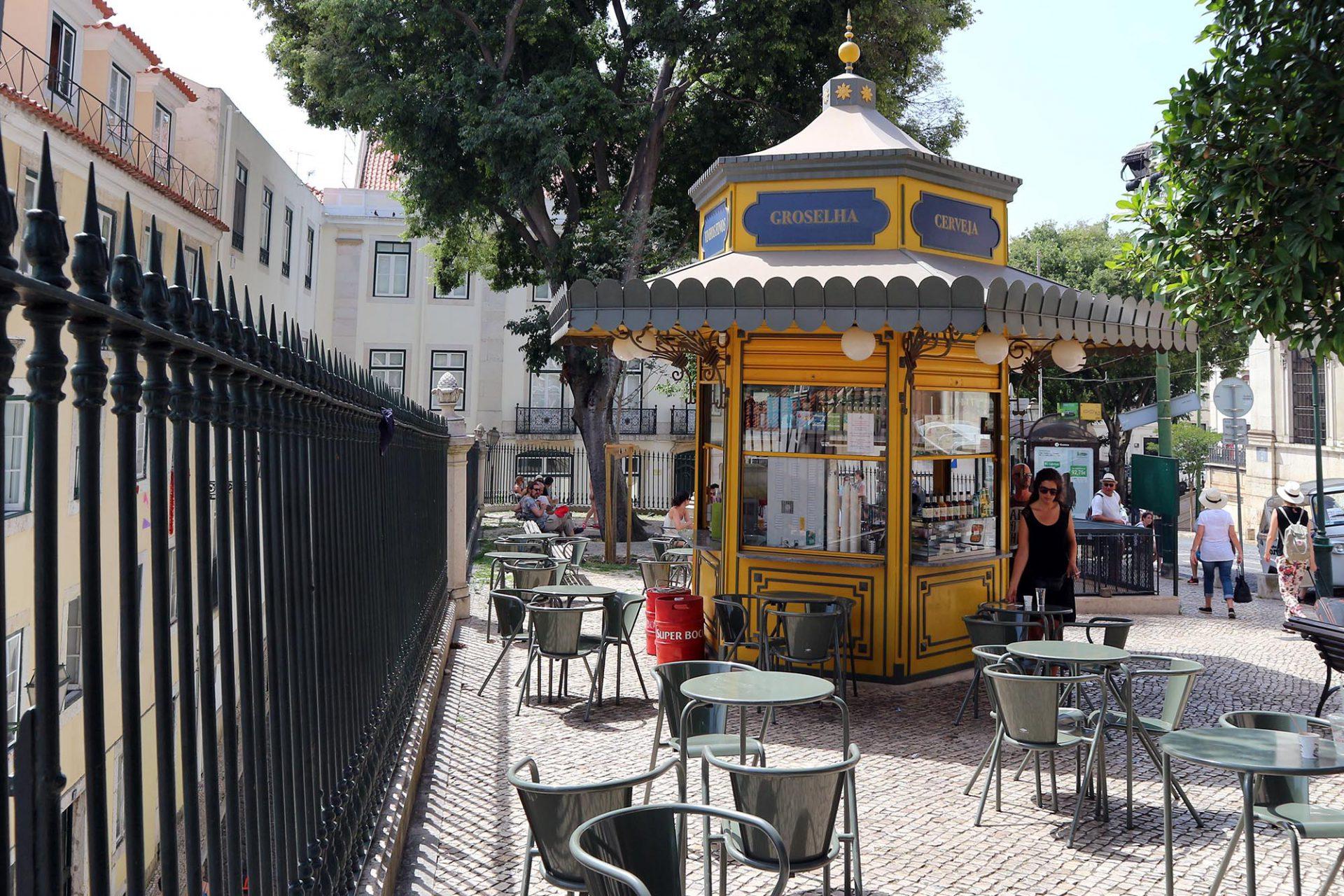 Jardim Augusto Rosa.  Ein besonders schöner Quiosque do Refresco ziert den schmalen Platz vor dem Museu Tesouro da Sé Patriarcal de Lisboa.