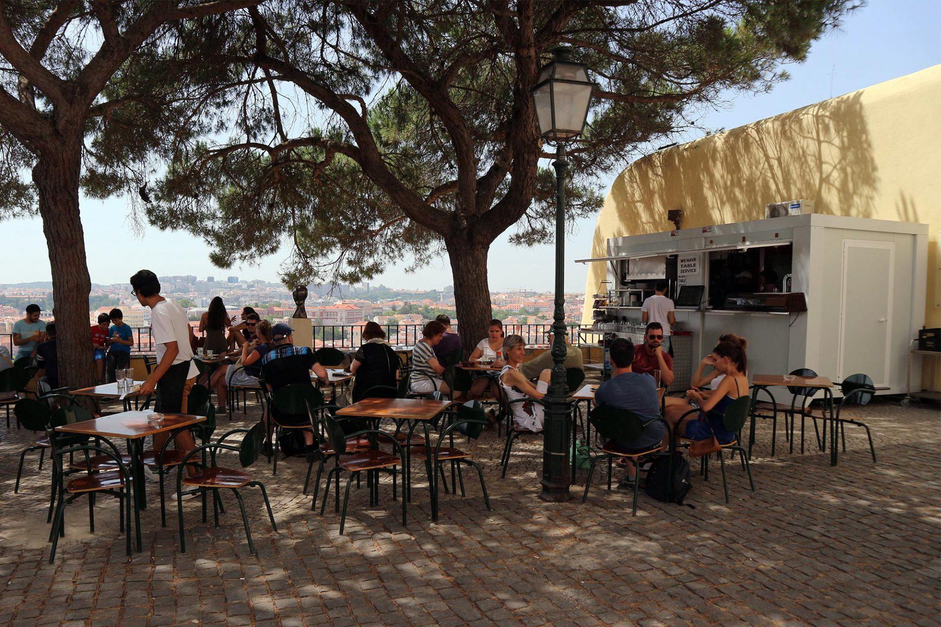 Esplanada do Largo da Graca.  Ein schlichter Kiosk mit grandioser Aussicht.