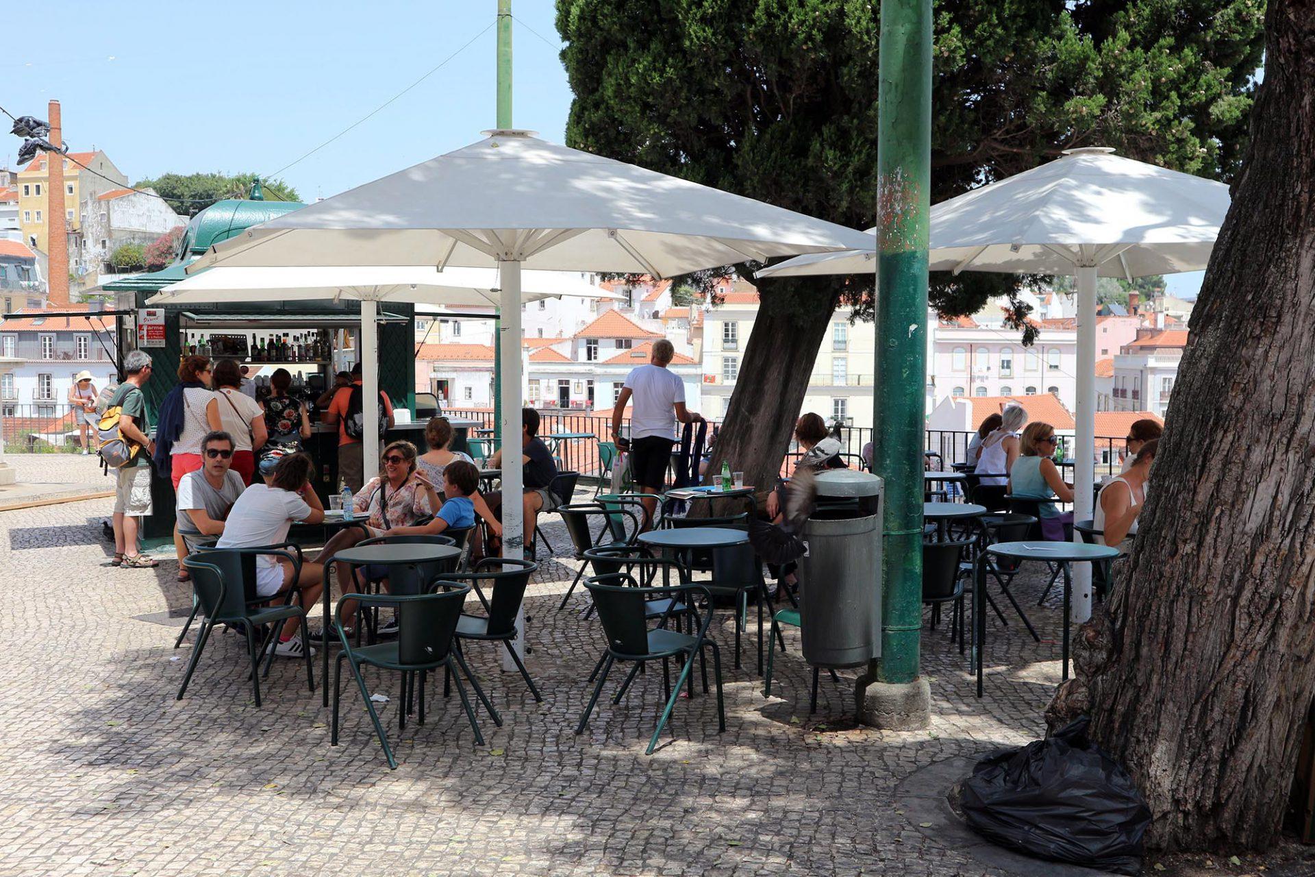 Portas do Sol. Vor den kleinen Pavillons befindet sich häufig eine reich bestuhlte Terrasse.