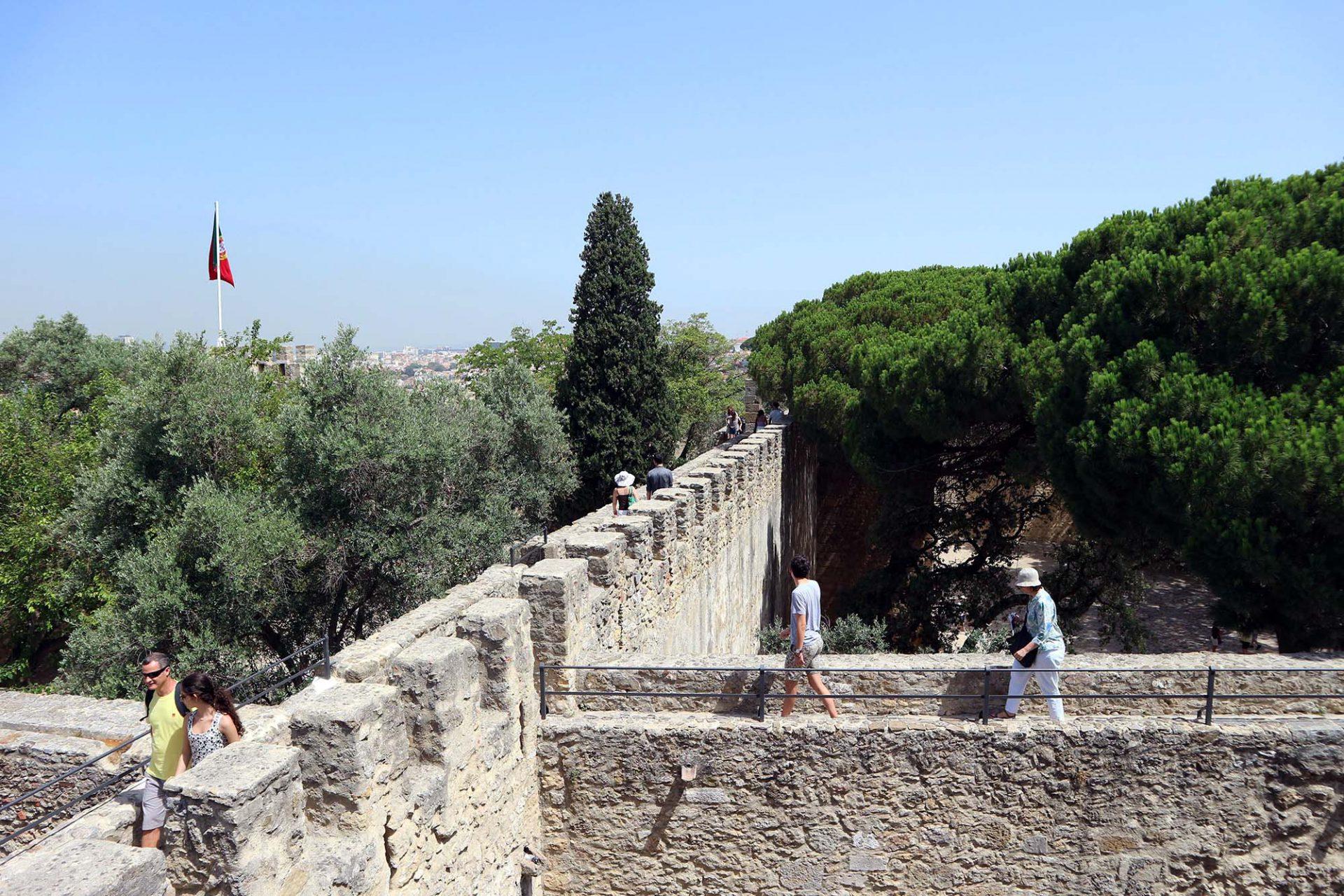 Castelo de São Jorge.  Die mittelalterliche Festungsanlage des heiligen Georg geht bis auf die Westgoten zurück, die sich hier im 5. Jahrhundert niedergelassen hatten. Sie wurde später von den Mauren weiter ausgebaut und 1147 von König Dom Afonso Henriques und seinen Truppen zurückerobert. Die Zitadelle diente lange als königliche Residenz und wurde beim großen Erdbeben 1755 weitgehend zerstört.