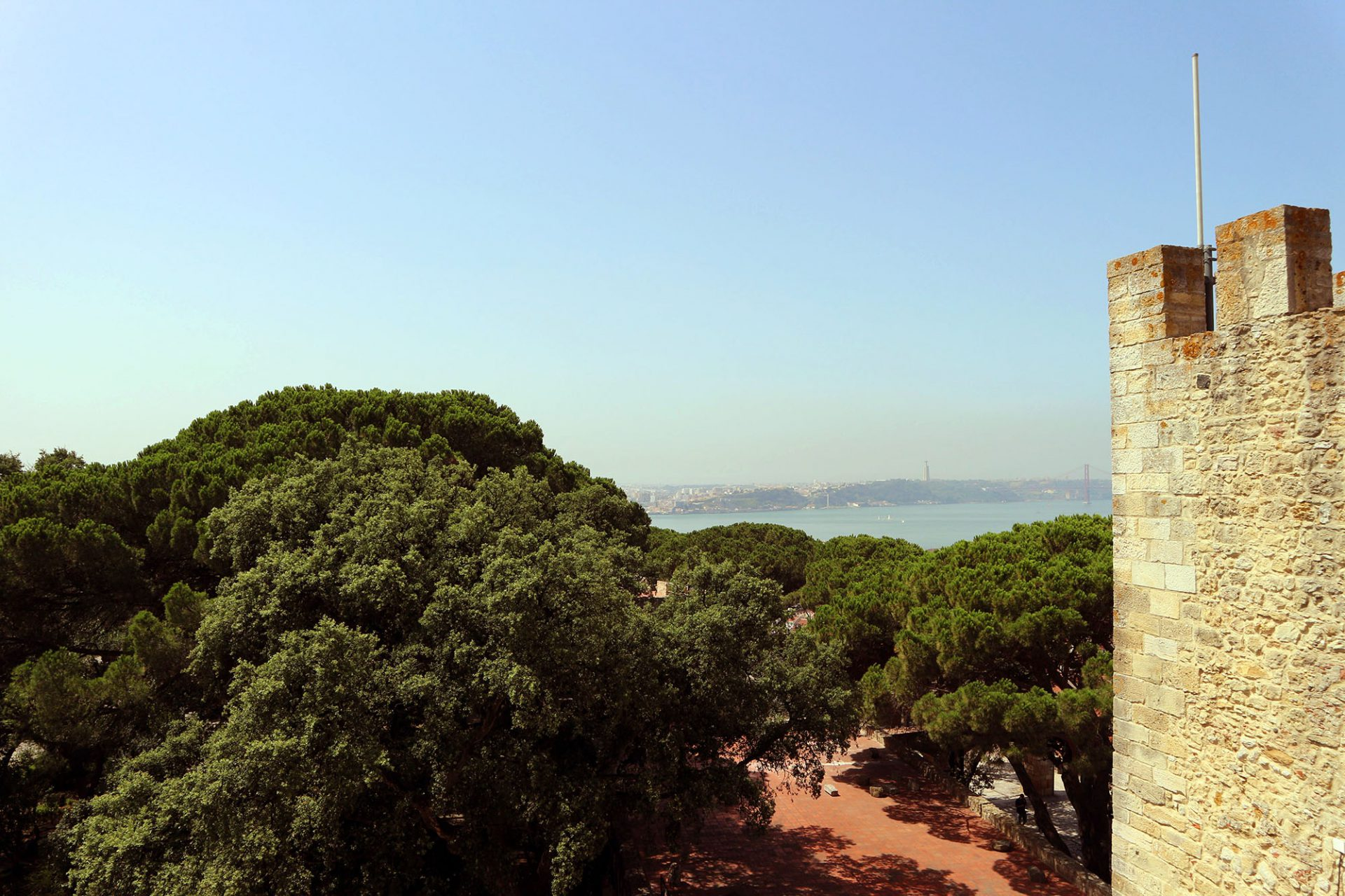 Castelo de São Jorge.  Anlässlich der Feierlichkeiten zur 800 Jahre zurückliegenden Reconquista (Rückeroberung) wurde die Festungsanlage 1938 rekonstruiert.