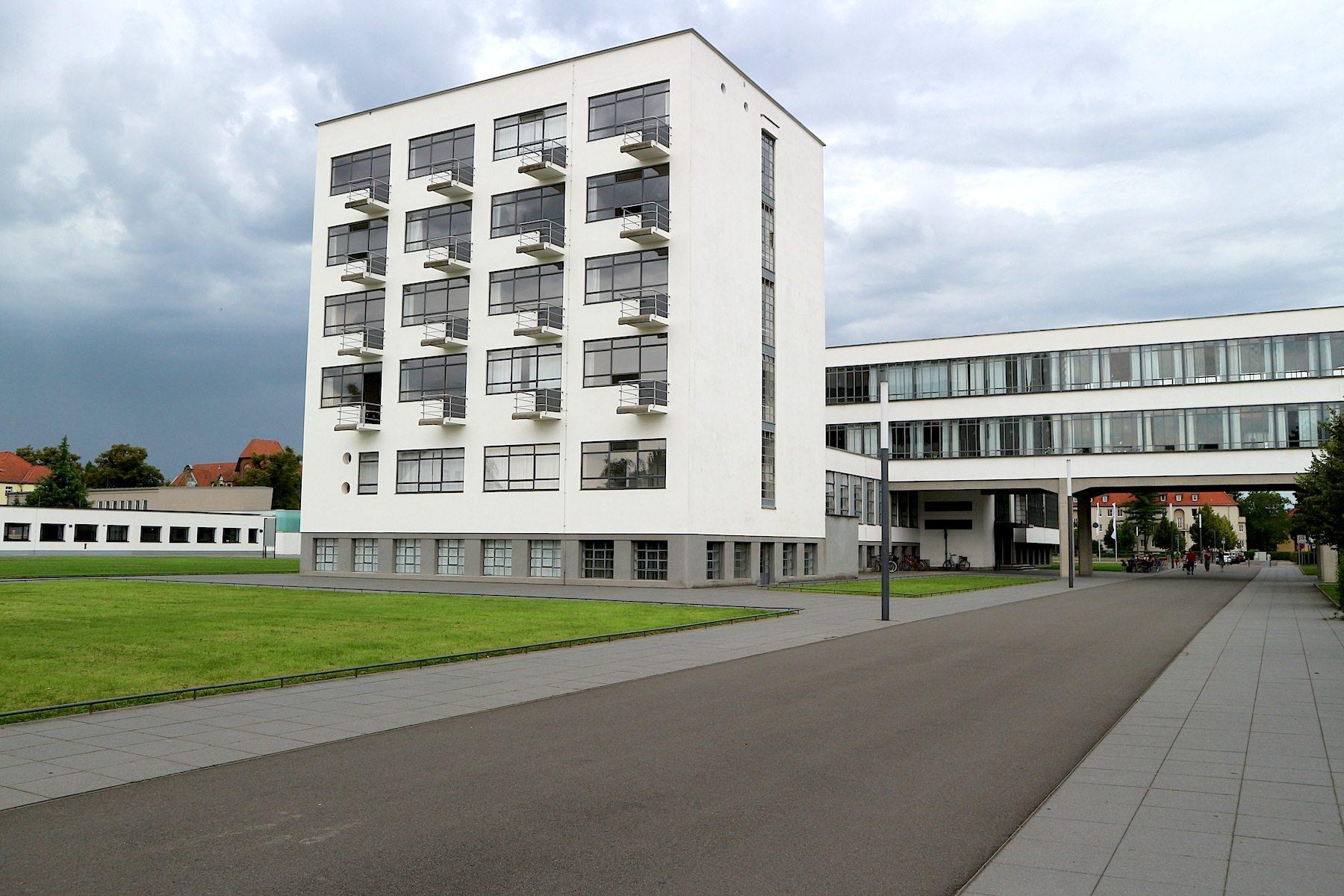 Atelierhaus mit der Brücke.  Das Gebäude wurde von Walter Gropius entworfen und nach anderthalb Jahren Bauzeit 1926 eröffnet.