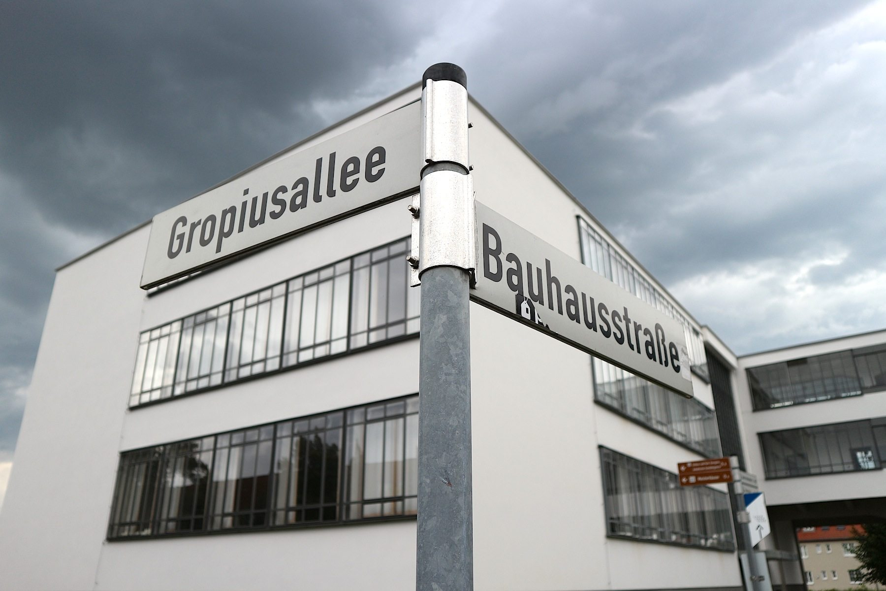 Gropiusallee, Ecke Bauhausstraße.