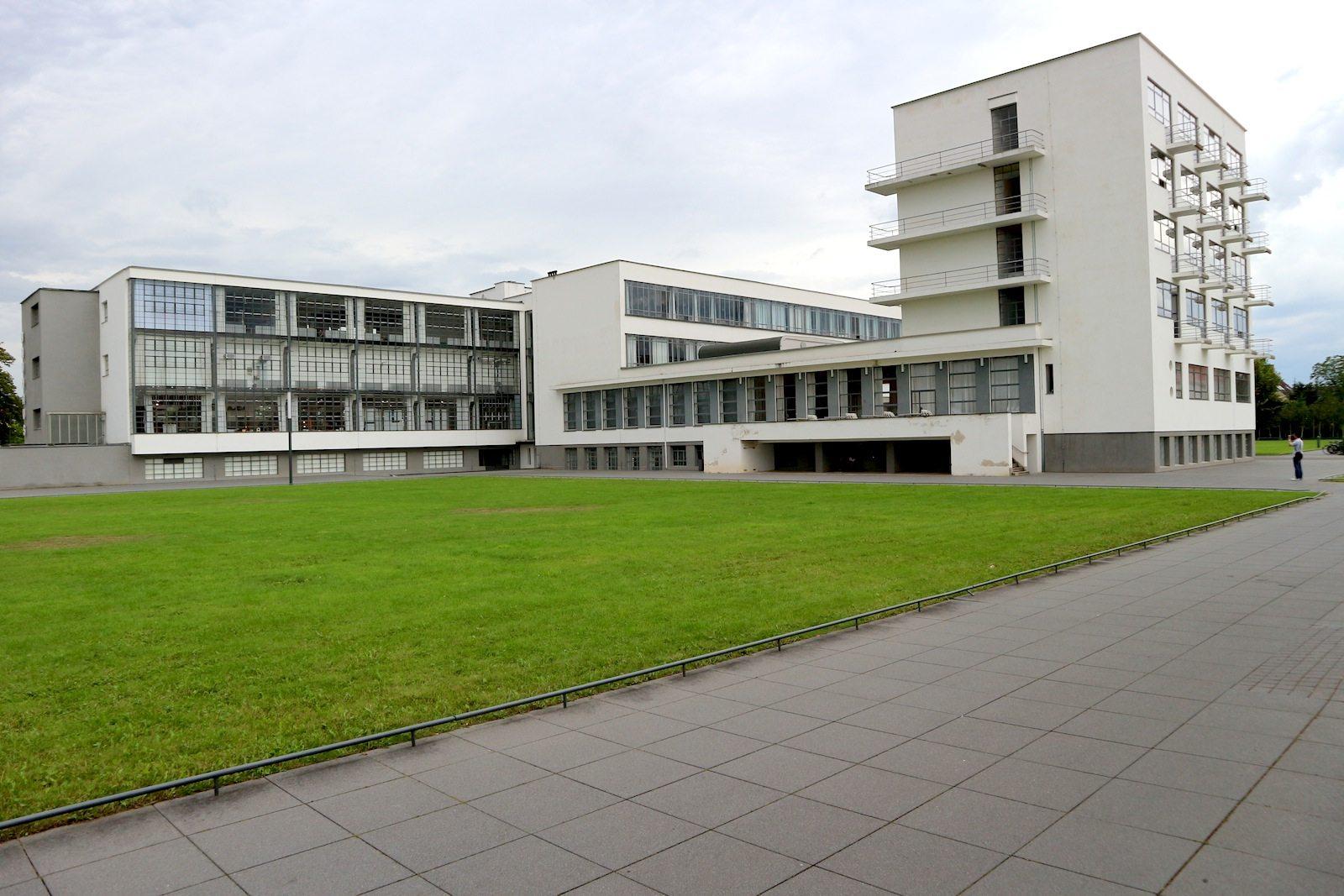 Rational, funktional, klar.  Das Ensemble des Bauhausgebäudes