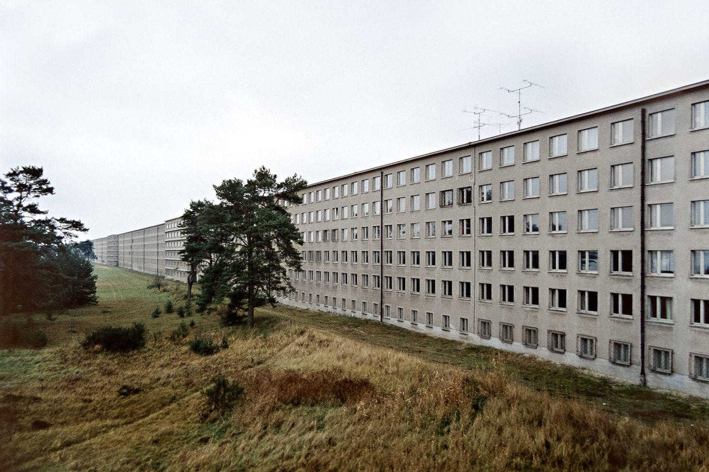 """Ferienheim in Prora.  Bettenhäuser des """"Kraft-durch-Freude""""-Seebades Prora auf Rügen"""