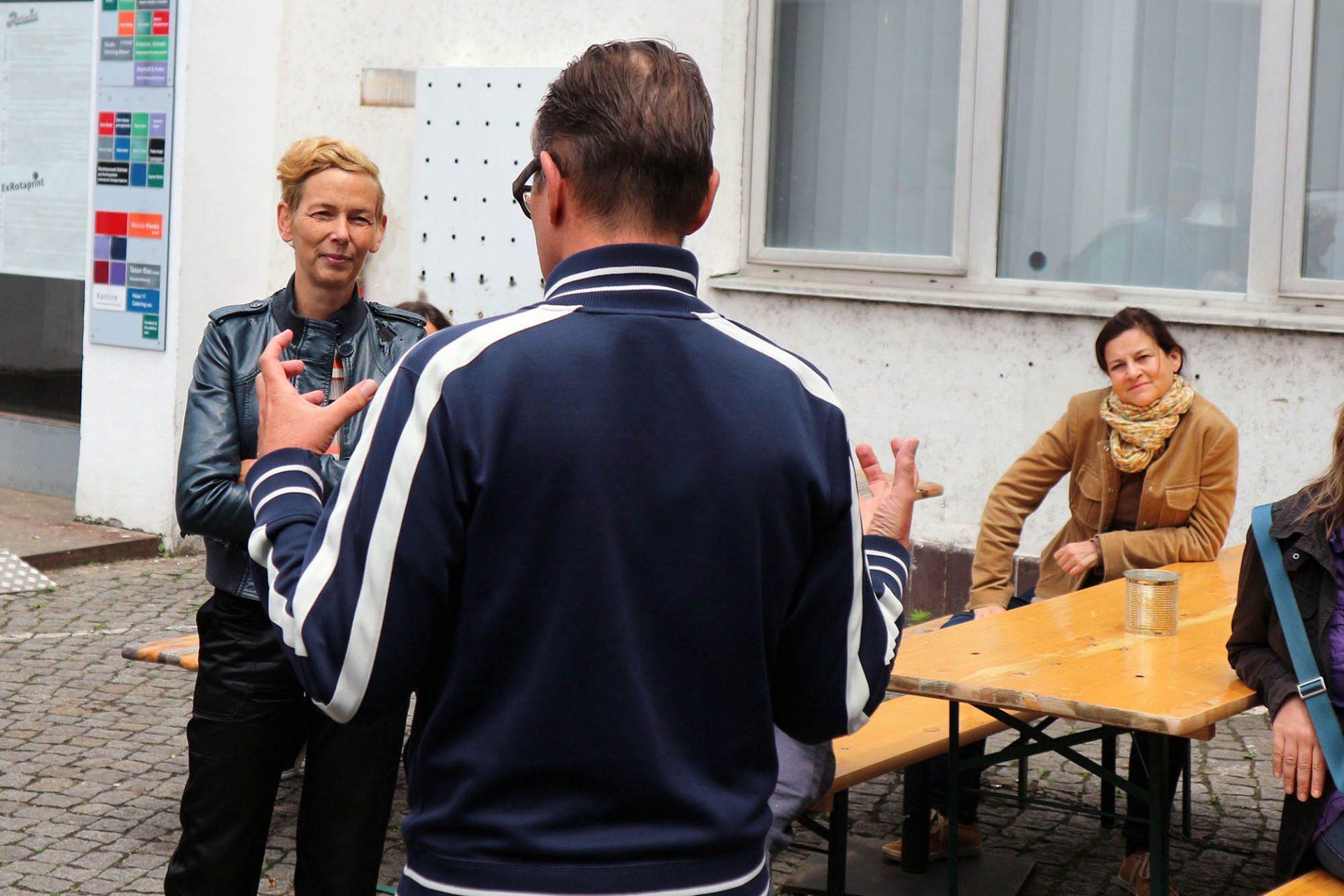 Erklärungen. Daniela Brahm (li.) und Les Schliesser (Mi.) bei der Tour durch das ExRotaprint-Gelände