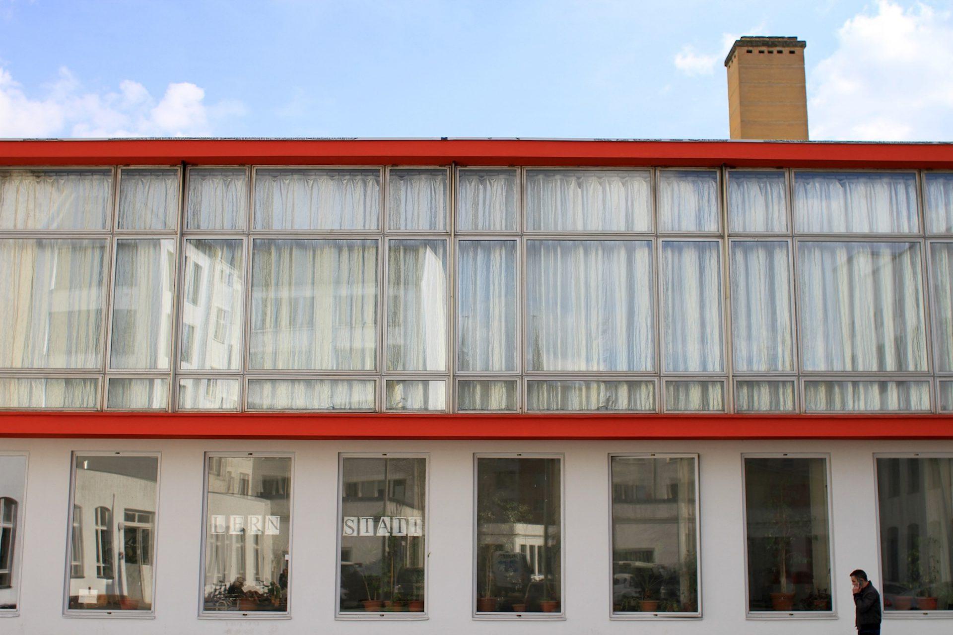 Der Projektraum. Der erste architektonische Eingriff von Klaus Kirsten bei den Neubauten des Rotaprint-Geländes: das gläserne Zentrum der Firma. Die umlaufende rote Rahmung der Glaskiste entsprach der Farbgebung des Firmenlogos.