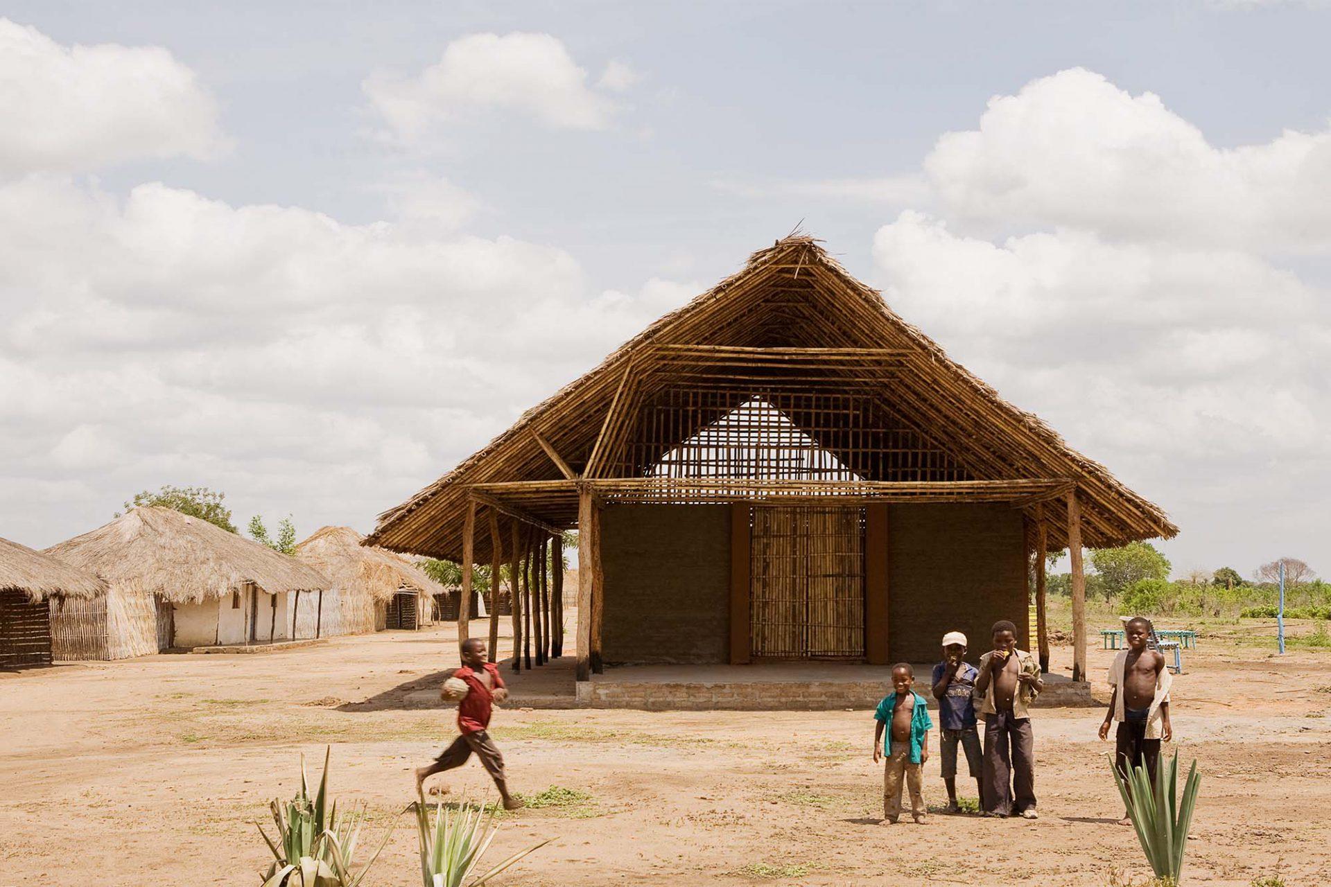 Habitat Initiative Cabo Delgado, Mosambik. Neubau von 11 Vorschulen und Gemeindehäusern in Dörfern der Region Cabo Delgado im armen Norden Mosambiks unter Verwendung lokaler Baumaterialien: Lehm, Bambus und Palmblätter.