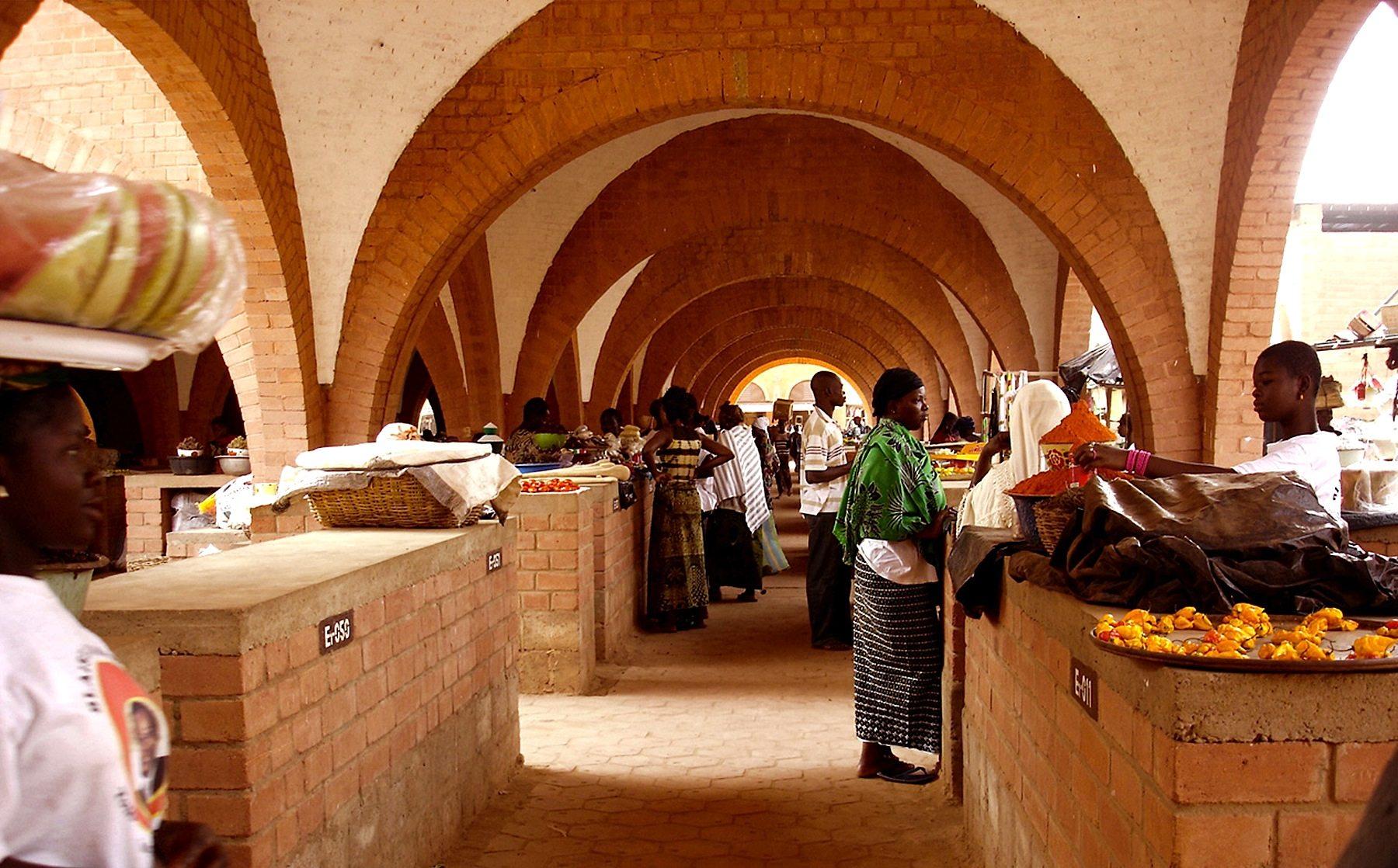 Zentraler Markt. In Koudougou, Burkina Faso, von Laurent Séchaud und Pierre Jequier