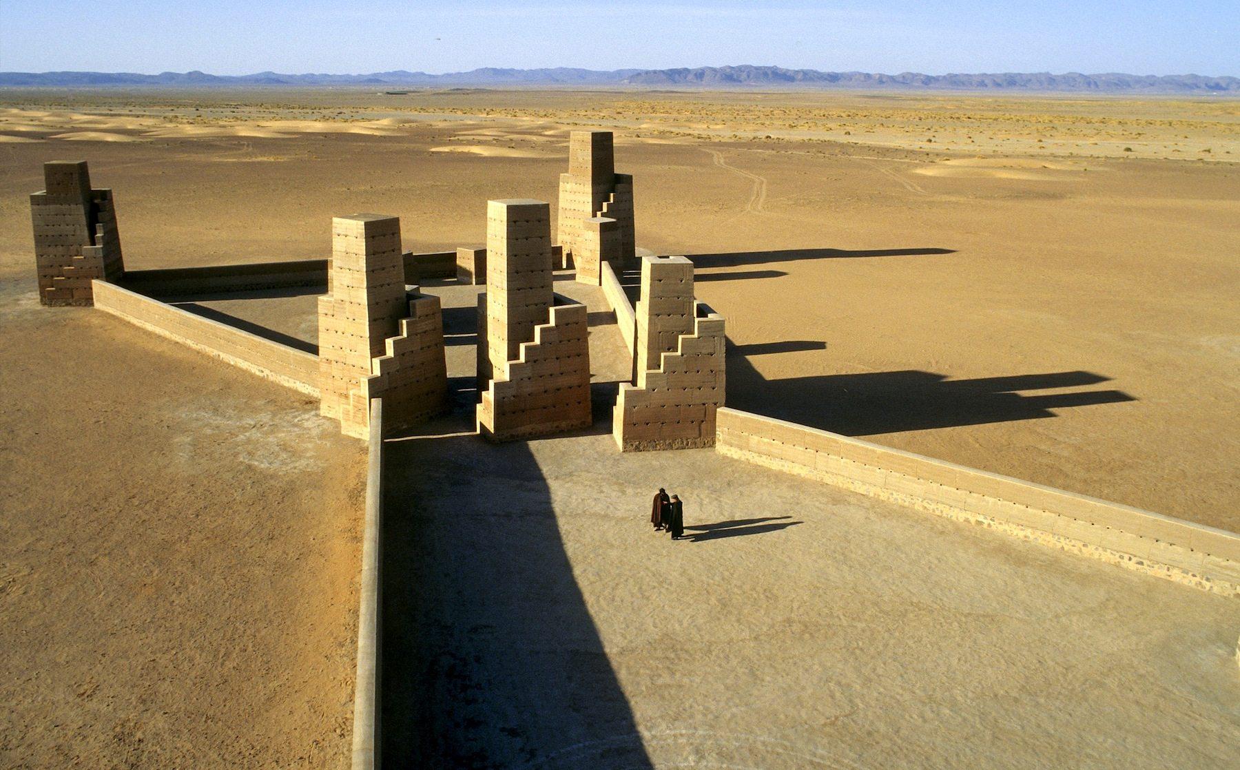 Himmelstreppe und Stadt des Orion.  In der Marha-Ebene, Marokko, von Hannsjörg Voth. Die Himmeltreppe errichtete Voth von 1980 bis 1987 und die Stadt des Orion von 1997 bis 2003, zwei Kunstwerke aus Stampflehm.