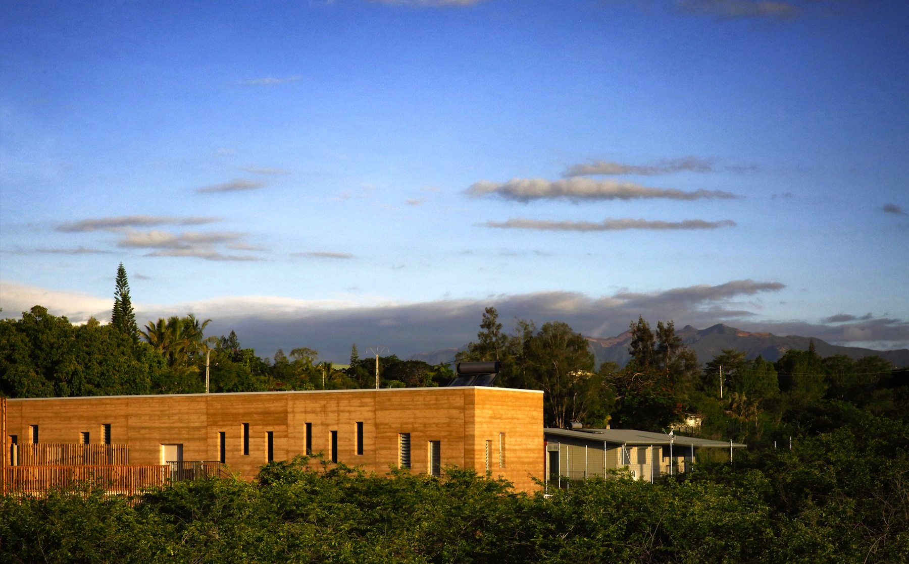 Gynasium. Schule in Païamboué, Neukaledonien, von André Berthier, Joseph Frassanito und Espaces Libres (K'ADH)