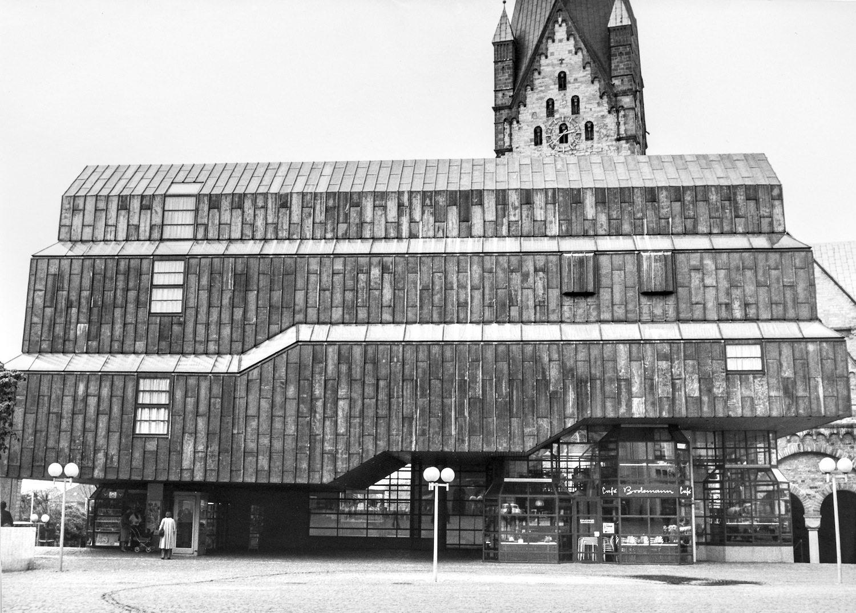 Die Fassaden.  Die Museumsverkleidung mit den gefalzten Bleiplatten.