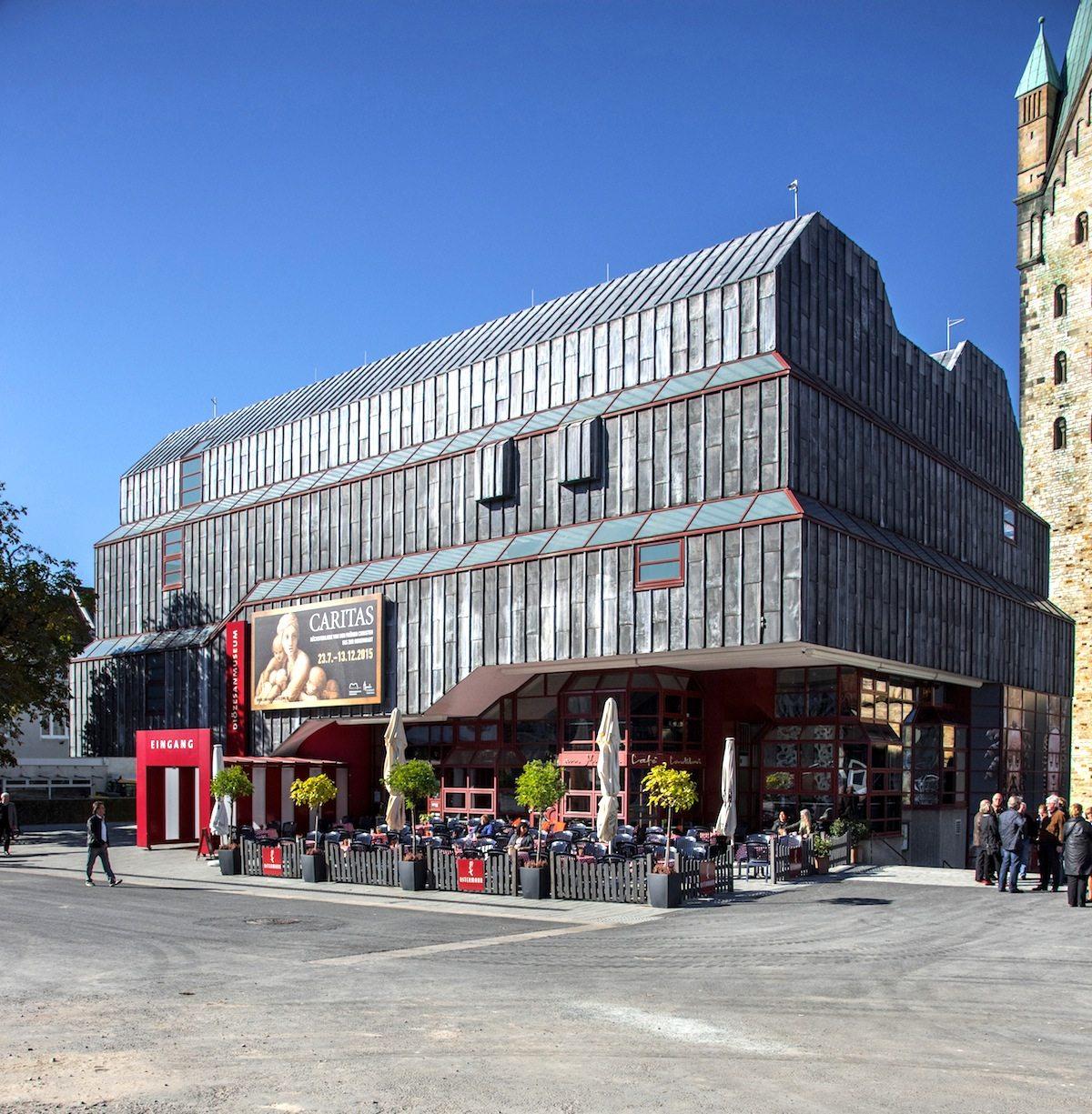 Die Wiedereröffnung.  Nach zweijähriger Bauzeit wurde das Haus am 18. Juni 1993 wiedereröffnet.
