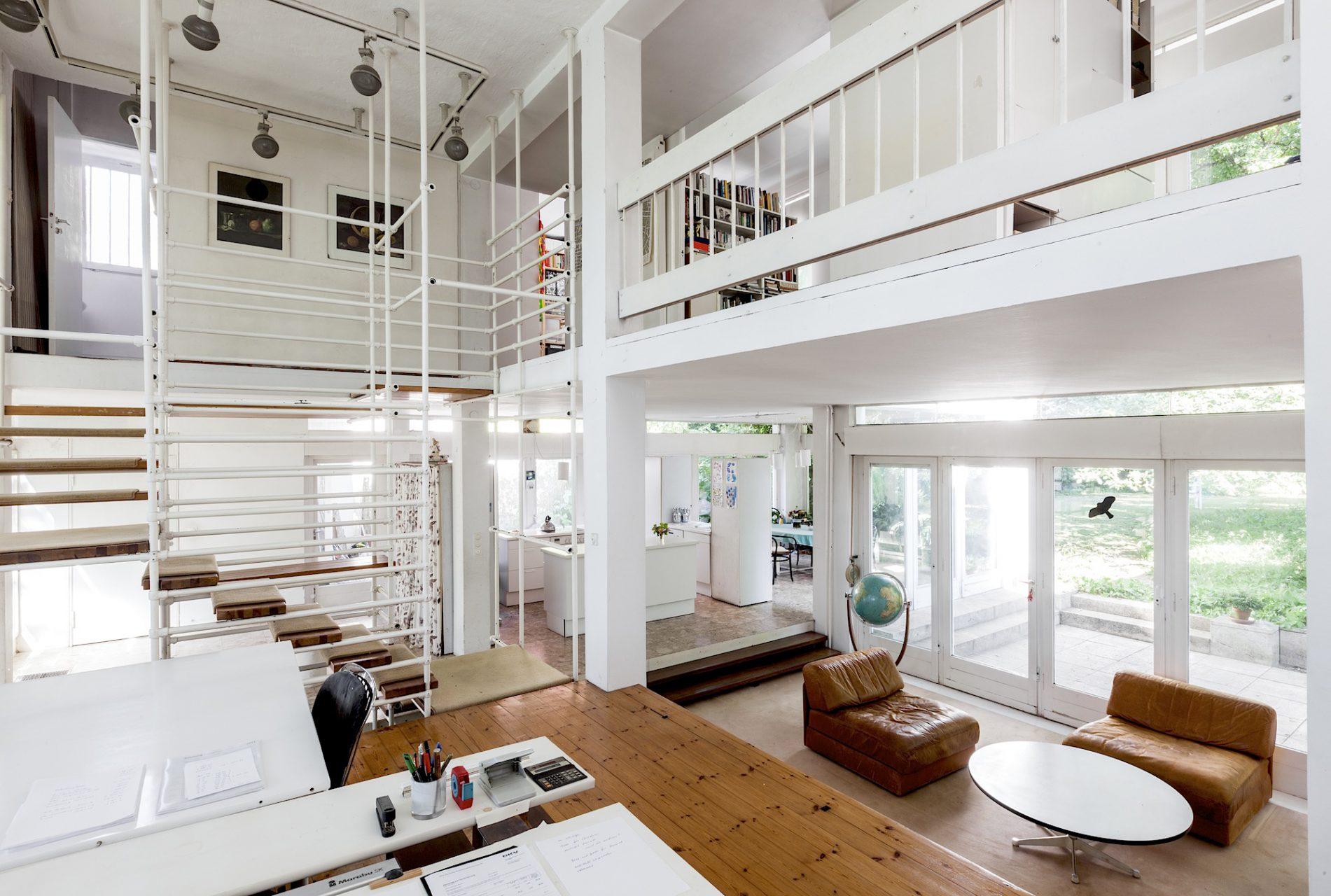Haus Nather und Rebitzki von 1965, Berlin. Ateliergebäude trifft auf Wohnhaus mit maximaler Offenheit, fließenden Raumbezügen und großzügiger Wohnlichkeit.