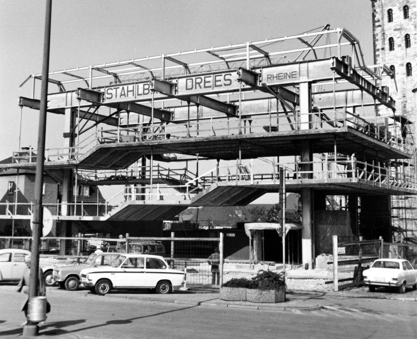 Die Trägerkonstruktion. Mit 4 Hauptstützen und hängenden Treppen und Ebenen