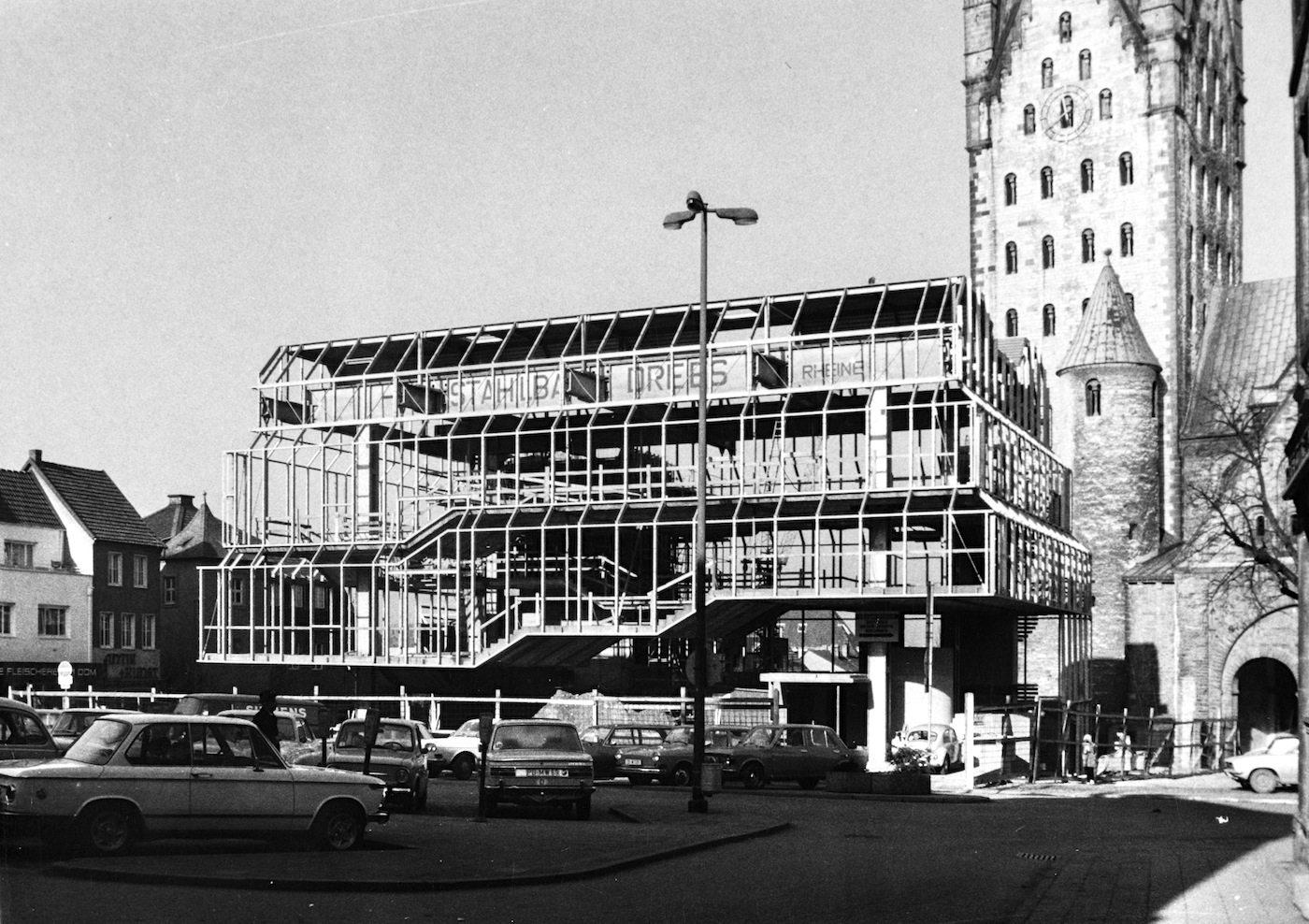 Der Rohbau.  Vor dem Zweiten Weltkrieg drängten sich Fachwerkhäuser und das Haus Thiel am Marktplatz. Hier entstand nun der Museumsneubau von Gottfried Böhm.